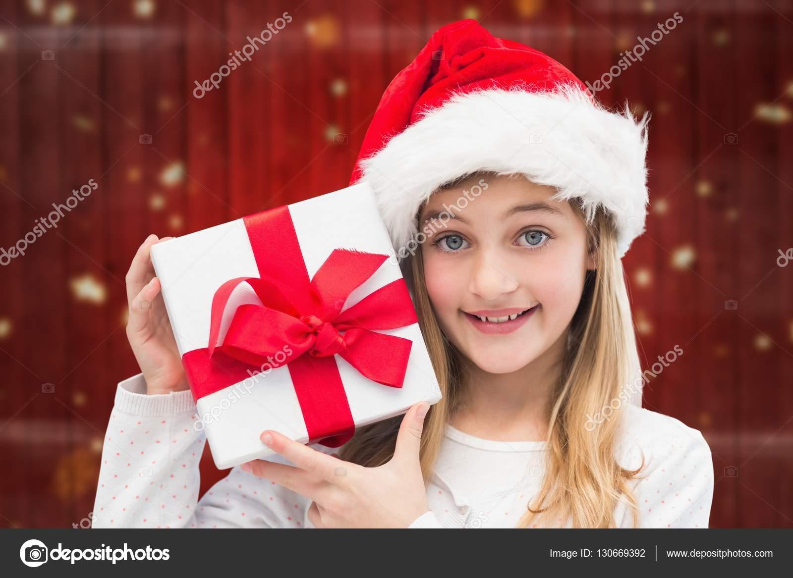 Mädchen in Weihnachtsmütze hält Weihnachtsgeschenke — Stockfoto ...