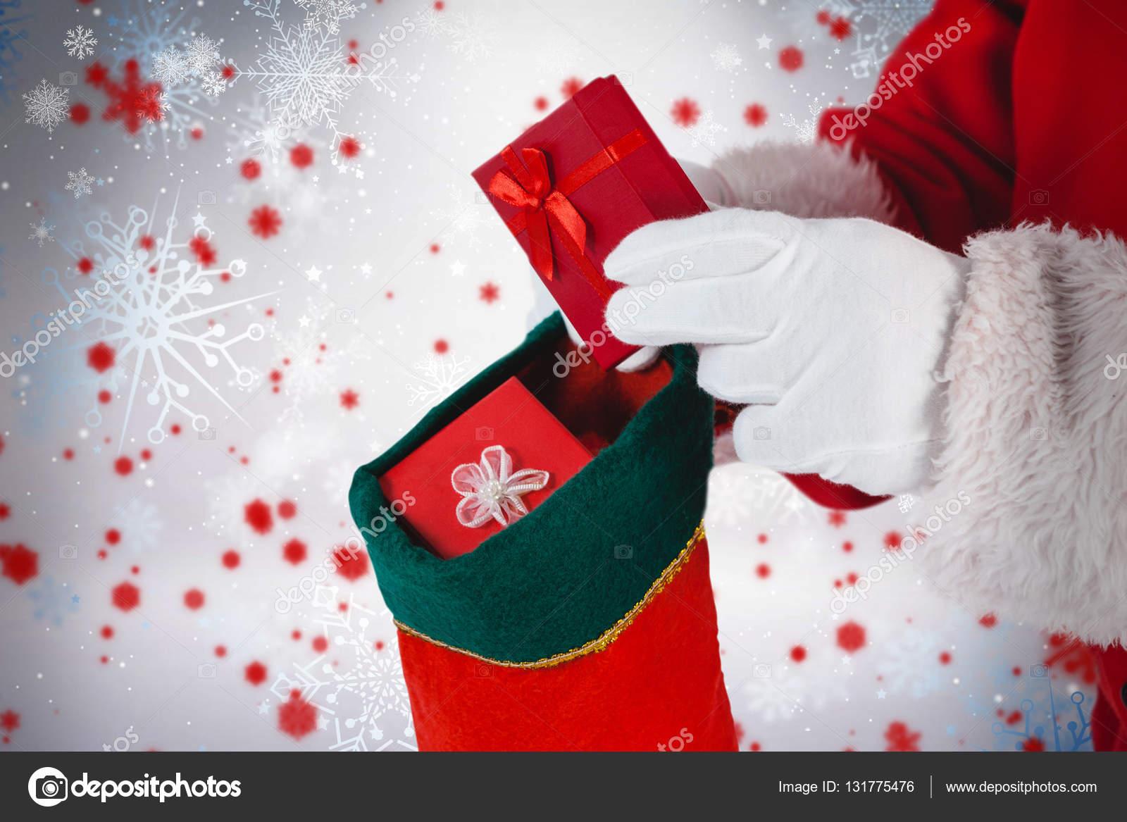 Weihnachtsmann, die Geschenke in Strümpfen setzen — Stockfoto ...