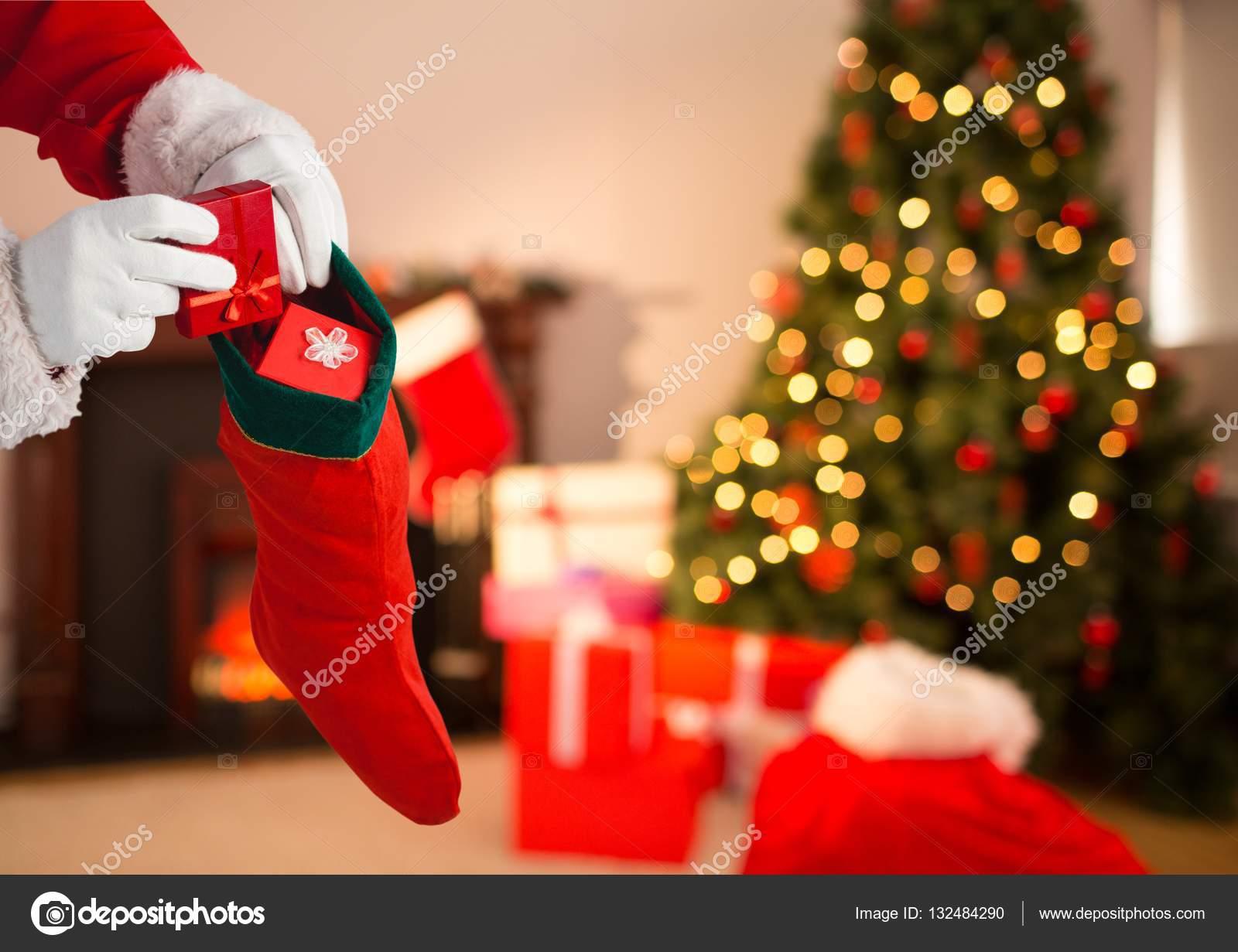 Weihnachtsmann, die Geschenke ins Weihnachts-Strumpf — Stockfoto ...