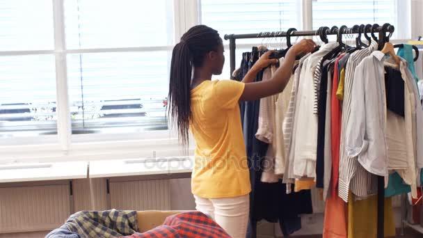 Kleding Zoeken.Vrouwelijke Vrijwilligers Zoeken Kleding Stockvideo