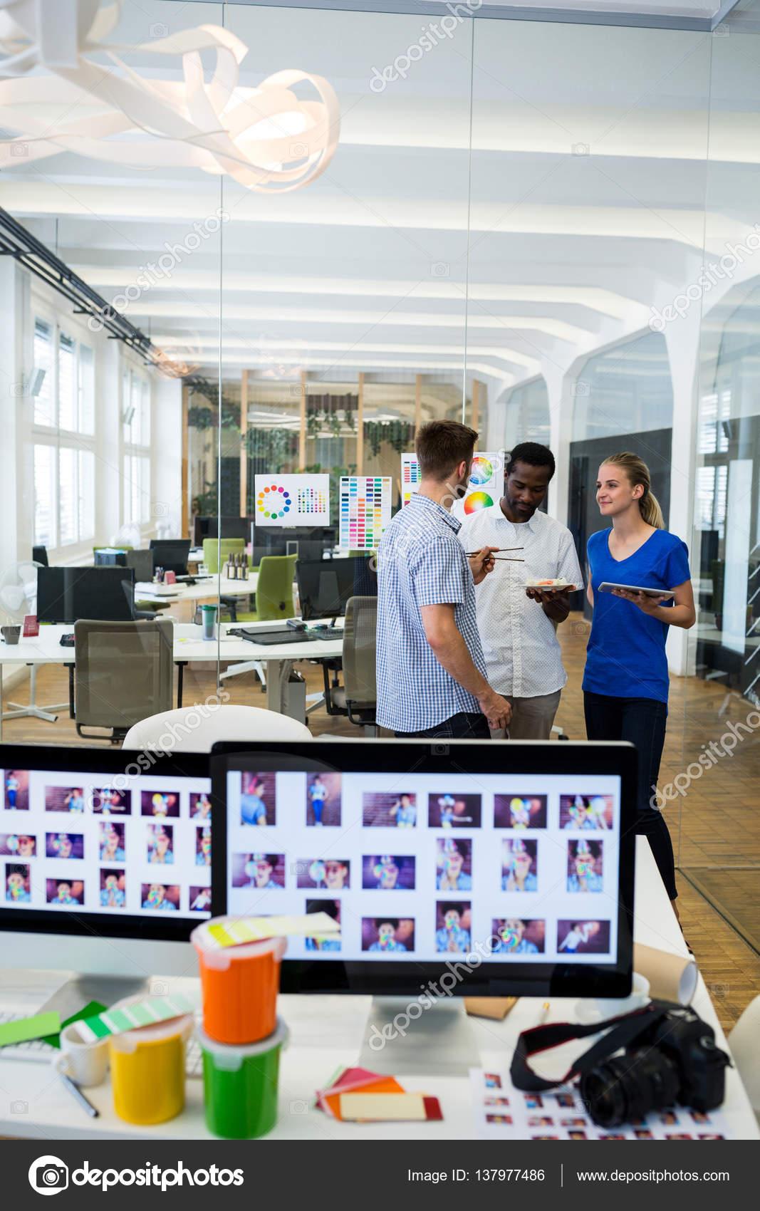 Grafiker Designer | Grafik Designer Miteinander Interagieren Stockfoto