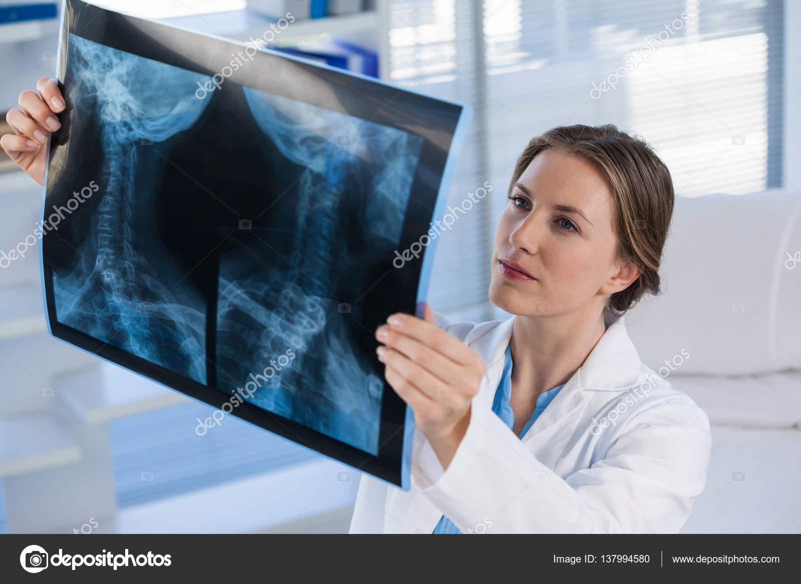 Ärztin, x-ray Bericht — Stockfoto © Wavebreakmedia #137994580