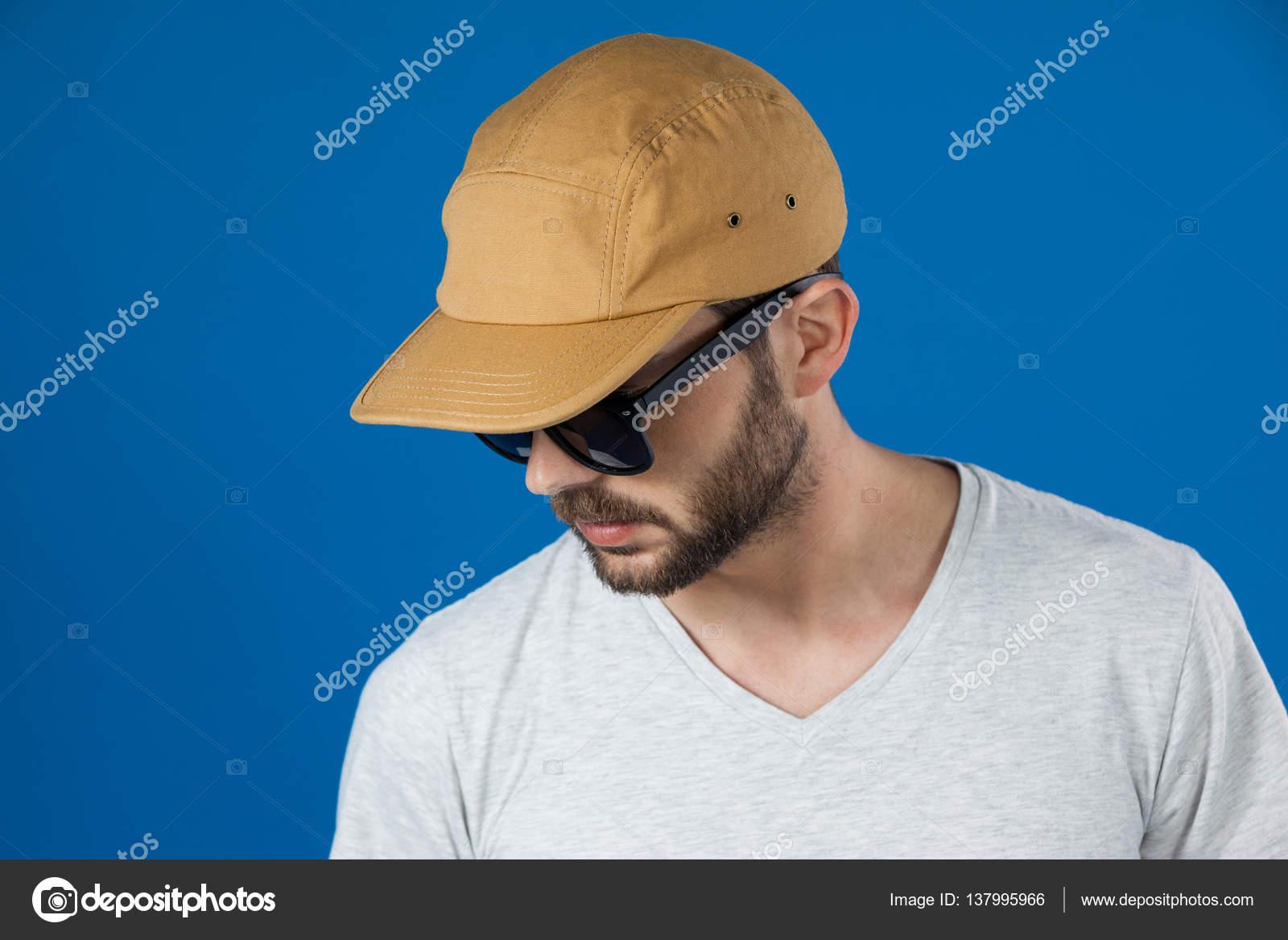 incontrare bello economico prevalente Uomo in cappello e occhiali da sole — Foto Stock ...