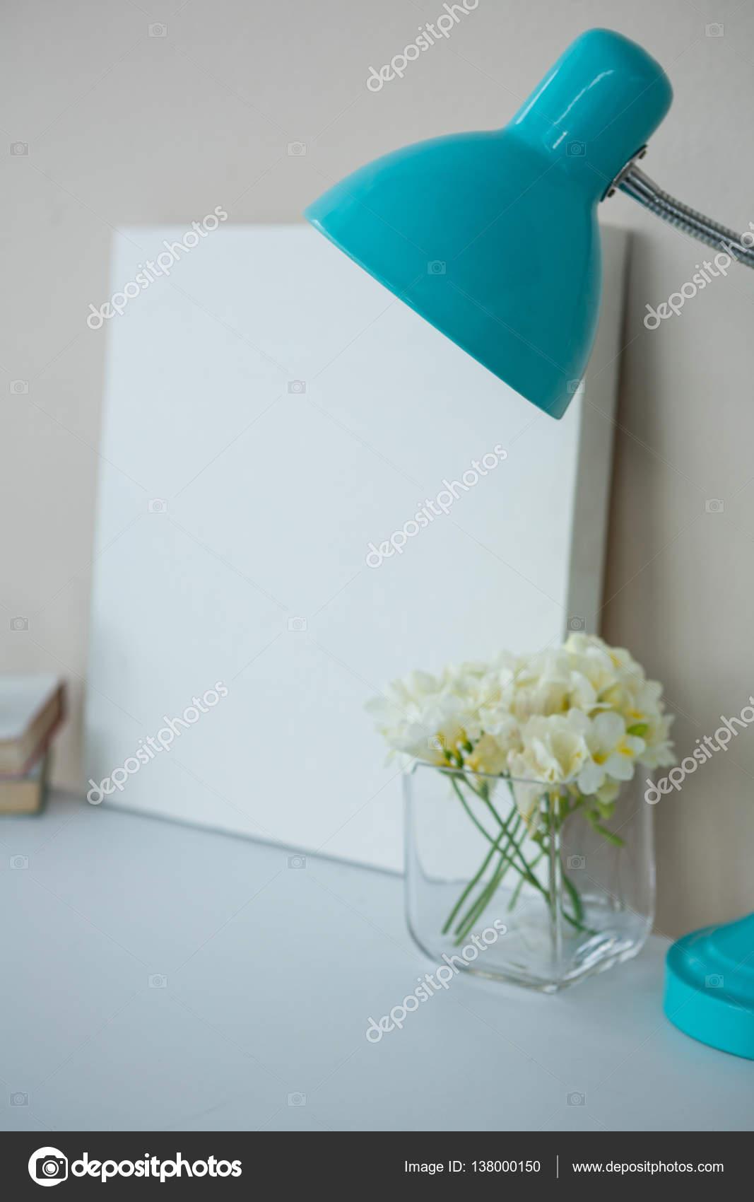 Bilderrahmen mit Tisch-Lampe und Blumen-vase — Stockfoto ...