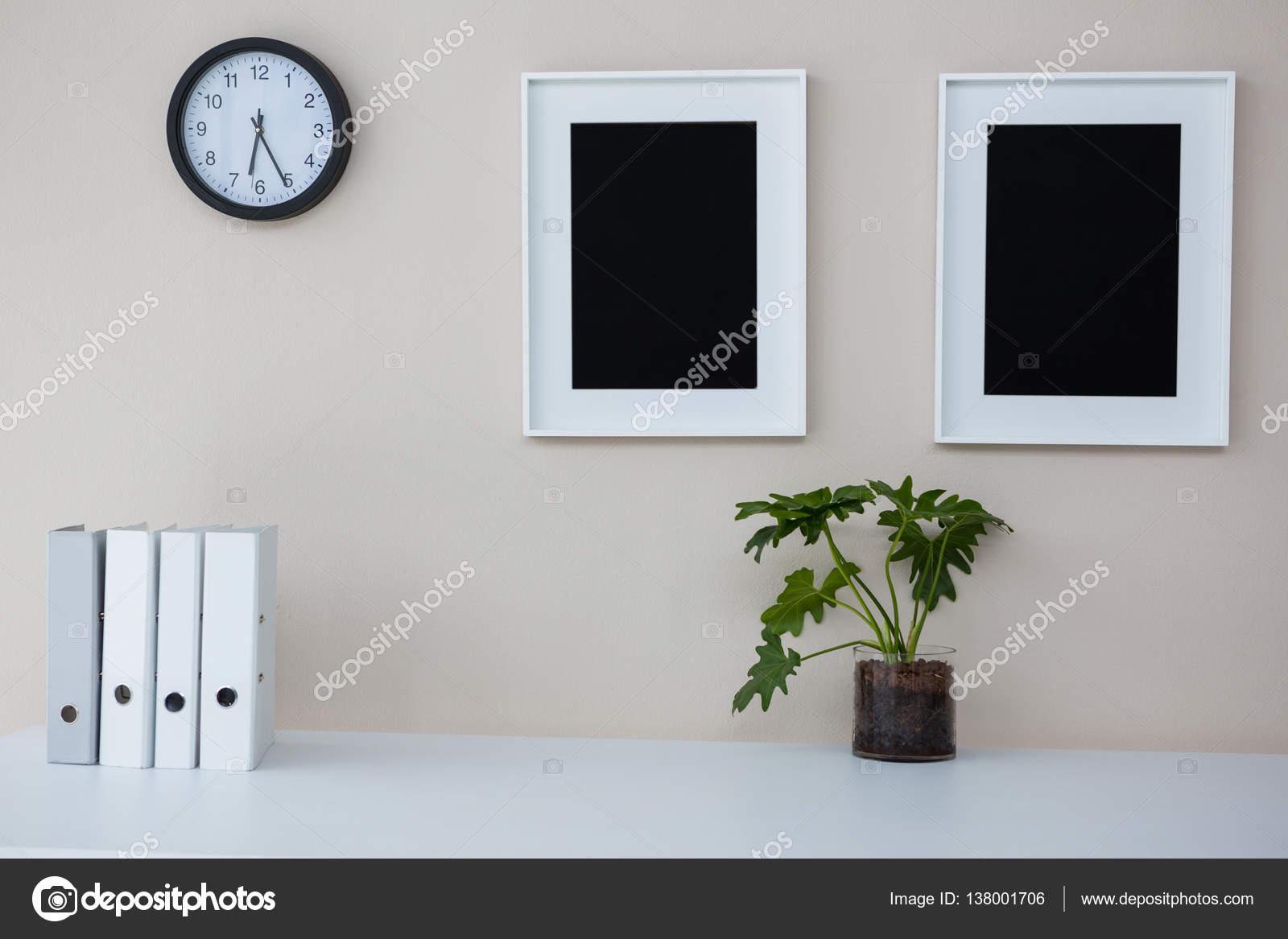 Marcos para fotos y reloj de pared — Foto de stock © Wavebreakmedia ...