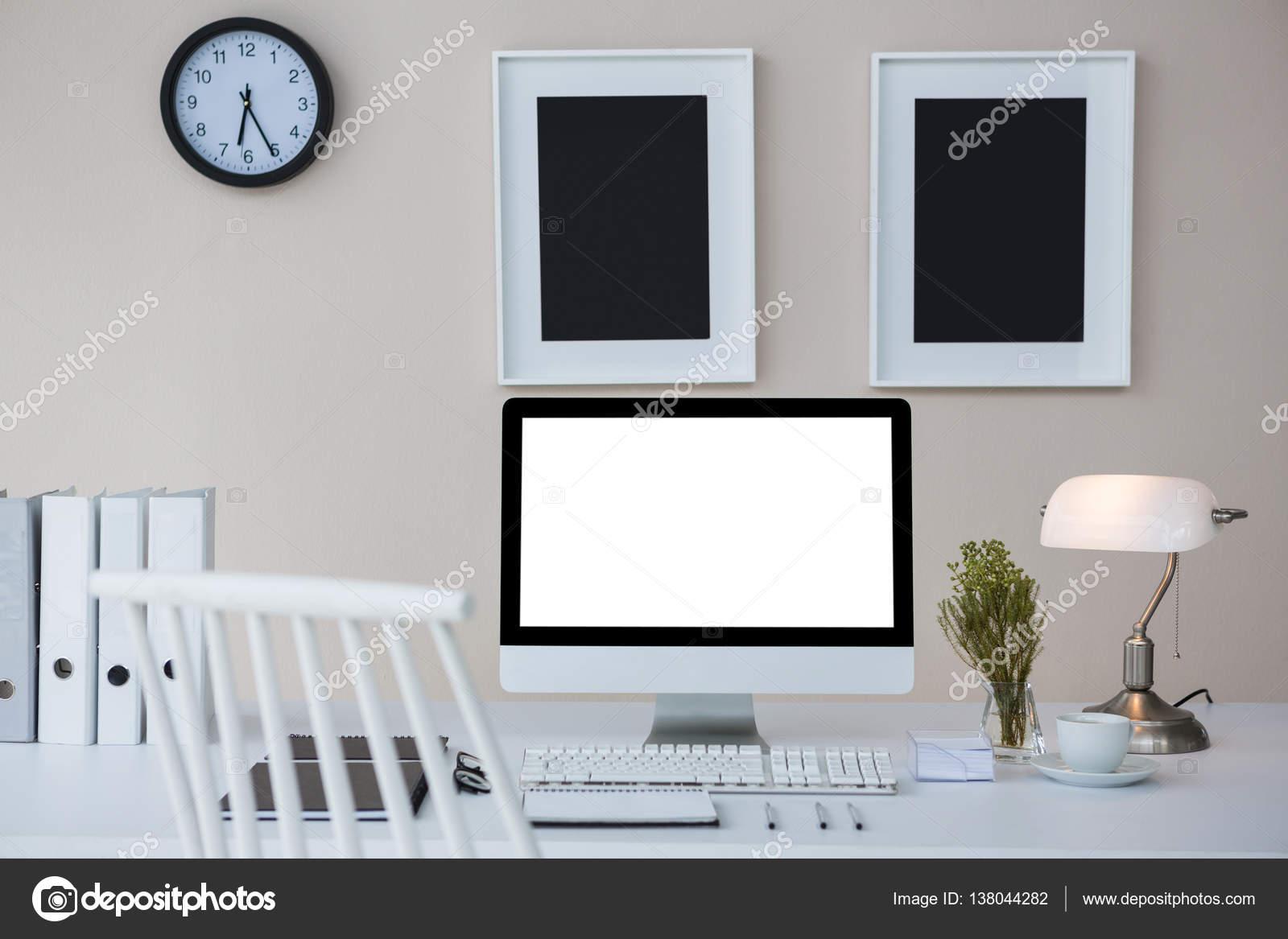 Pc de escritorio en escritorio con marcos — Foto de stock ...