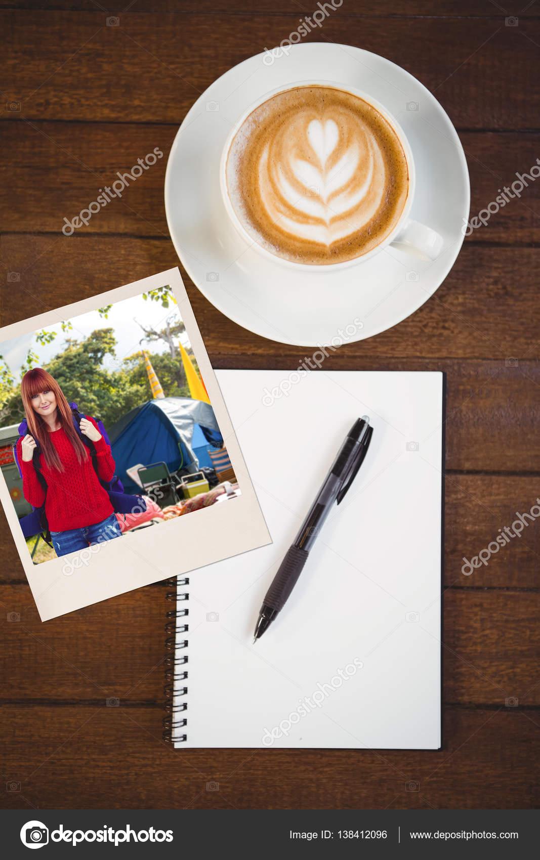 67f4d34269 Usmívající se žena bederní s cestovní taška s selfie proti šálek cappuccino  se kávová zrna na stole s kopií prostor — Fotografie od ...