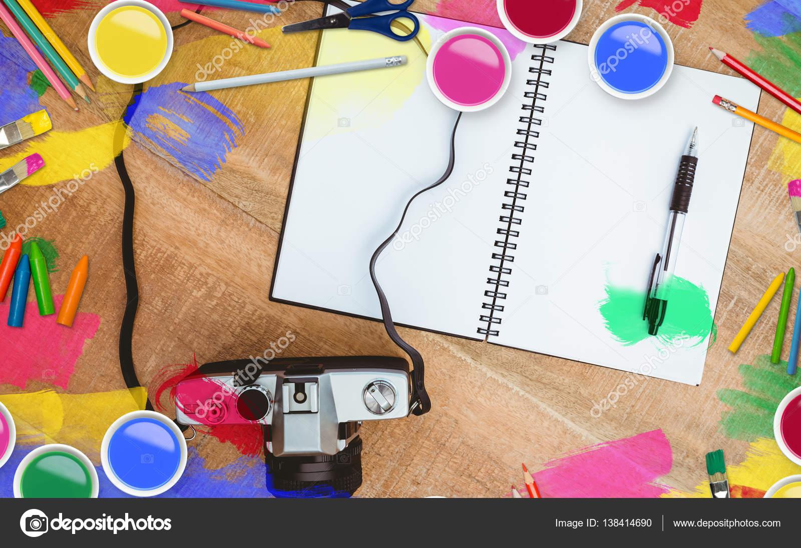 Schreibgerät mit Sofortbild-Kamera — Stockfoto © Wavebreakmedia ...