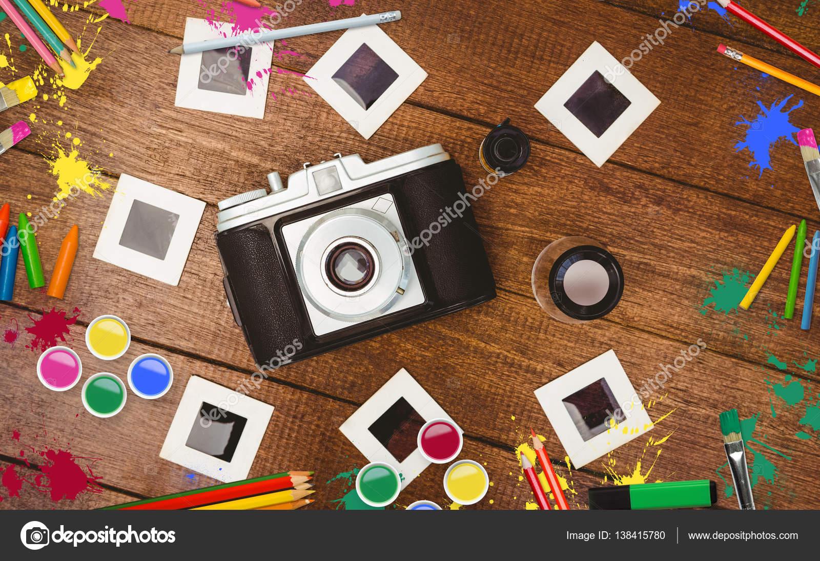 Kamera mit Transferdruck auf Tisch — Stockfoto © Wavebreakmedia ...