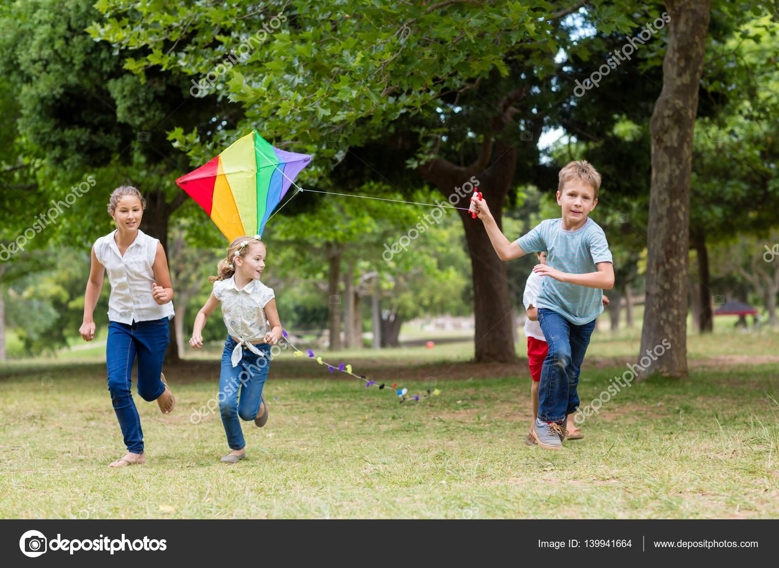 Bambini Che Giocano Con Un Aquilone Nel Parco Foto Stock