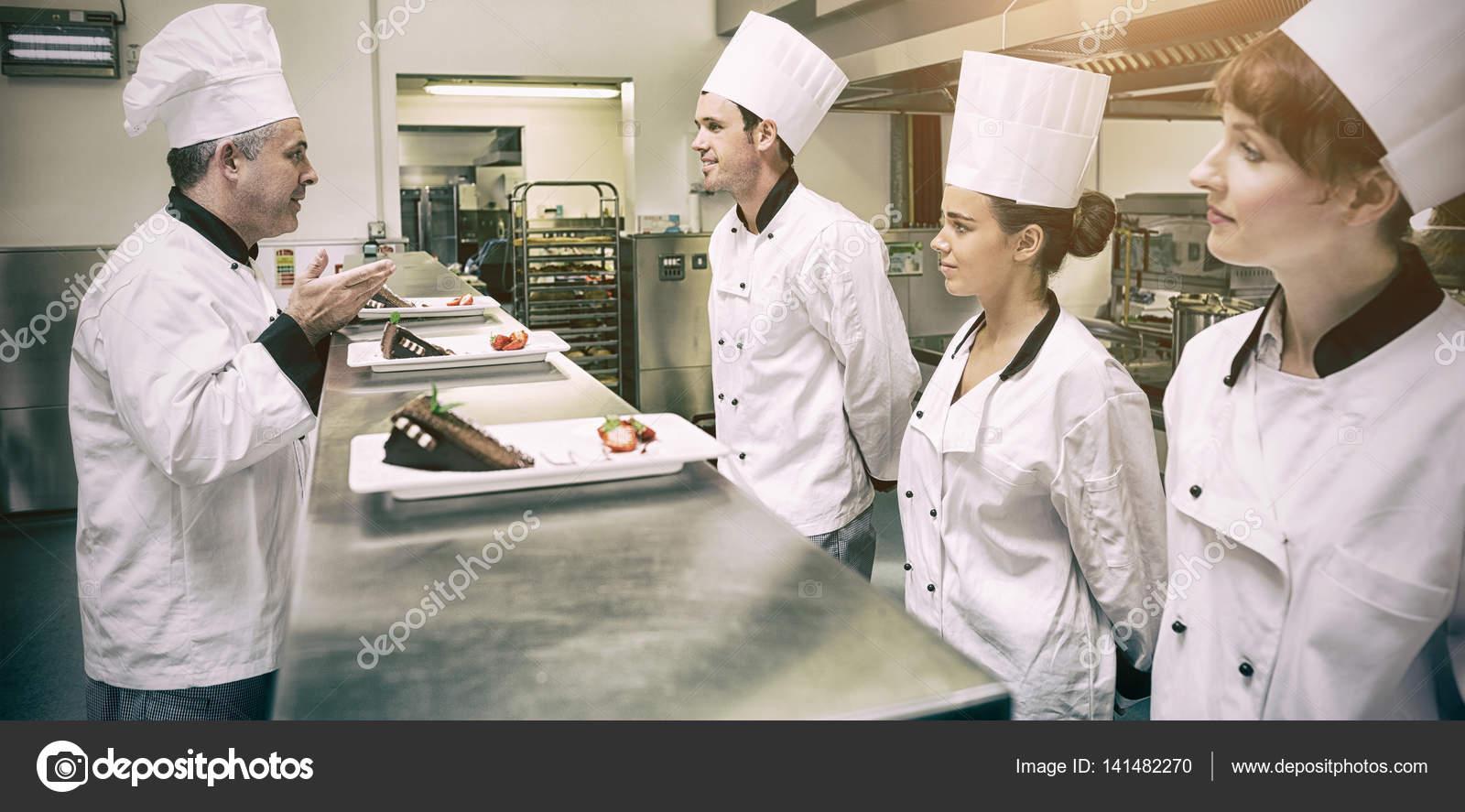 Chefs presentando sus platos de postre al jefe de cocina for Jefe de cocina alicante