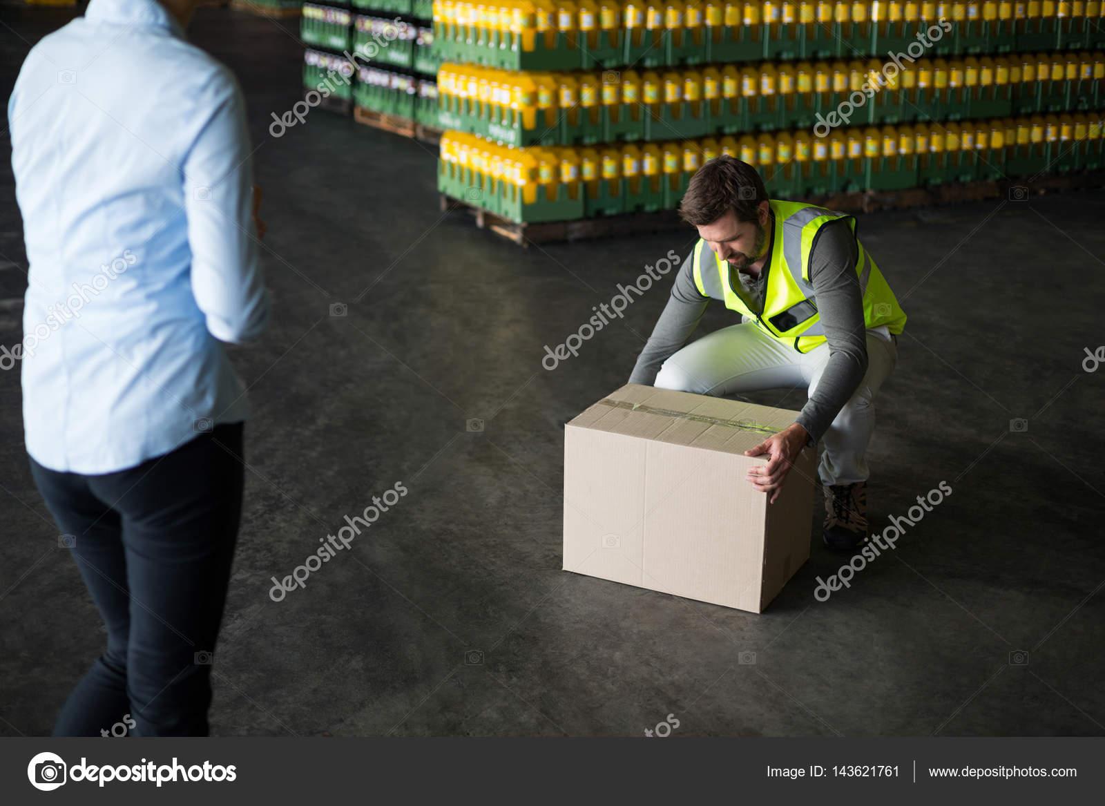 Trabajador de la fábrica recogiendo cartón cajas en fábrica — Foto ...