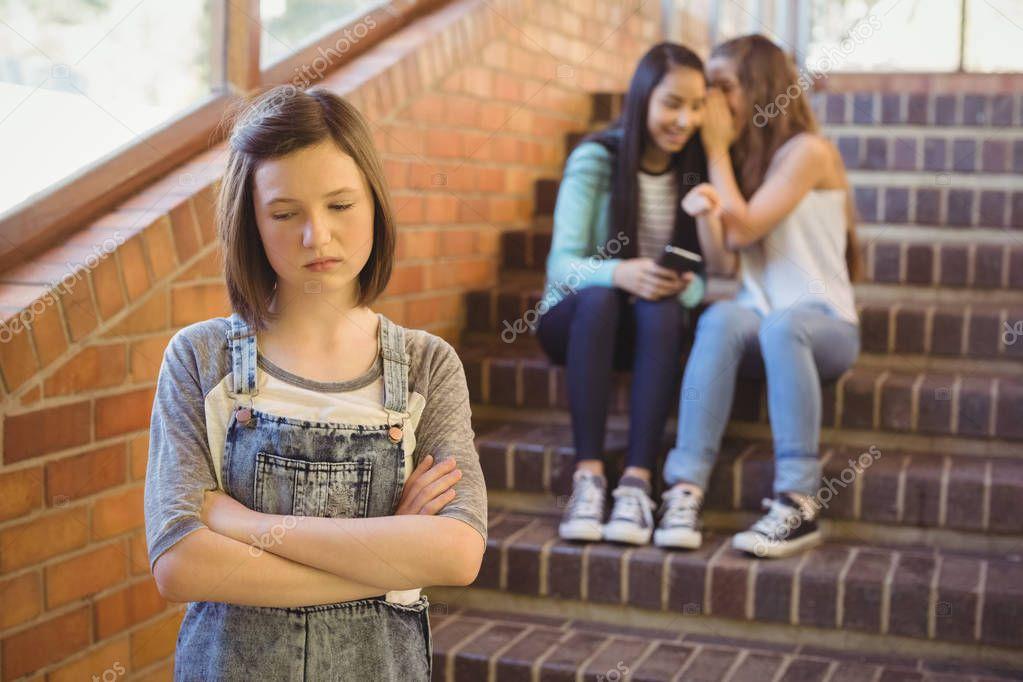 Девушка плачет от издевательств