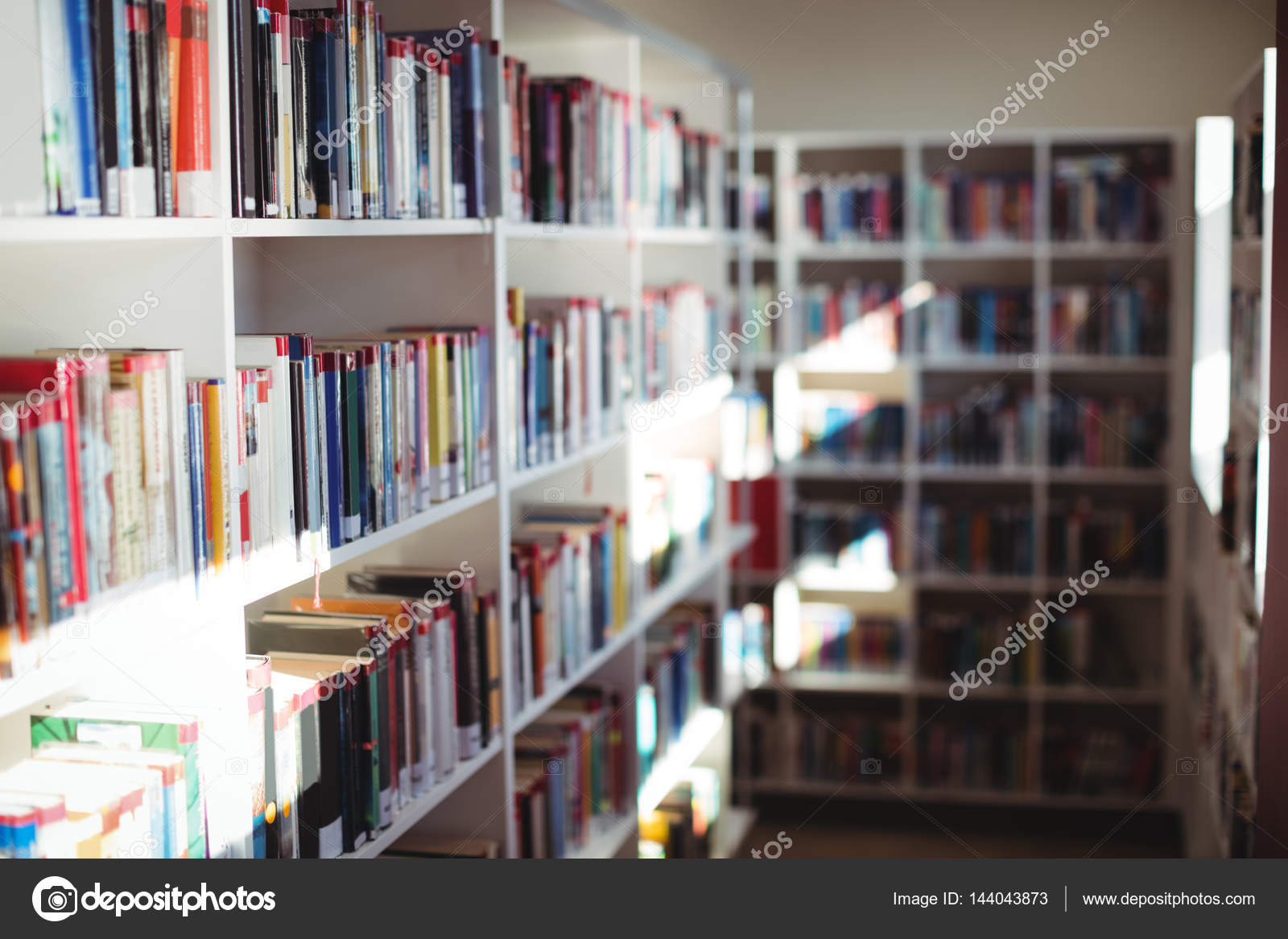 https://st3.depositphotos.com/1518767/14404/i/1600/depositphotos_144043873-stockafbeelding-diverse-boeken-gerangschikt-in-de.jpg