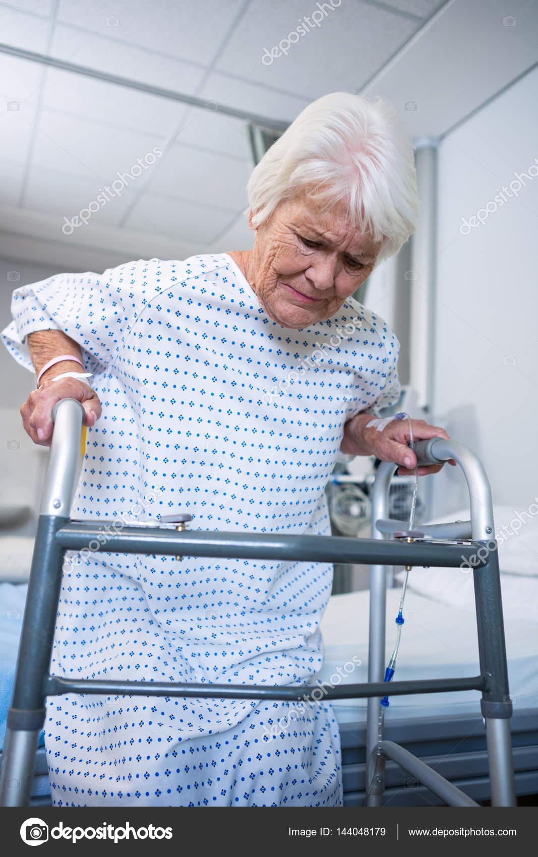 Sonriendo senior paciente sostiene marco a pie para llegar — Foto de ...