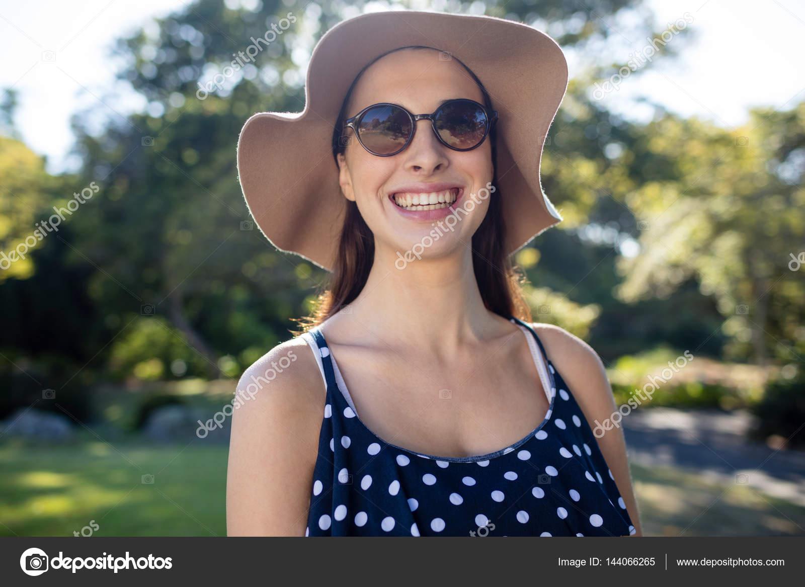 Жінка носити сонцезахисні окуляри і капелюхи — Стокове фото ... 390a0de2864c6