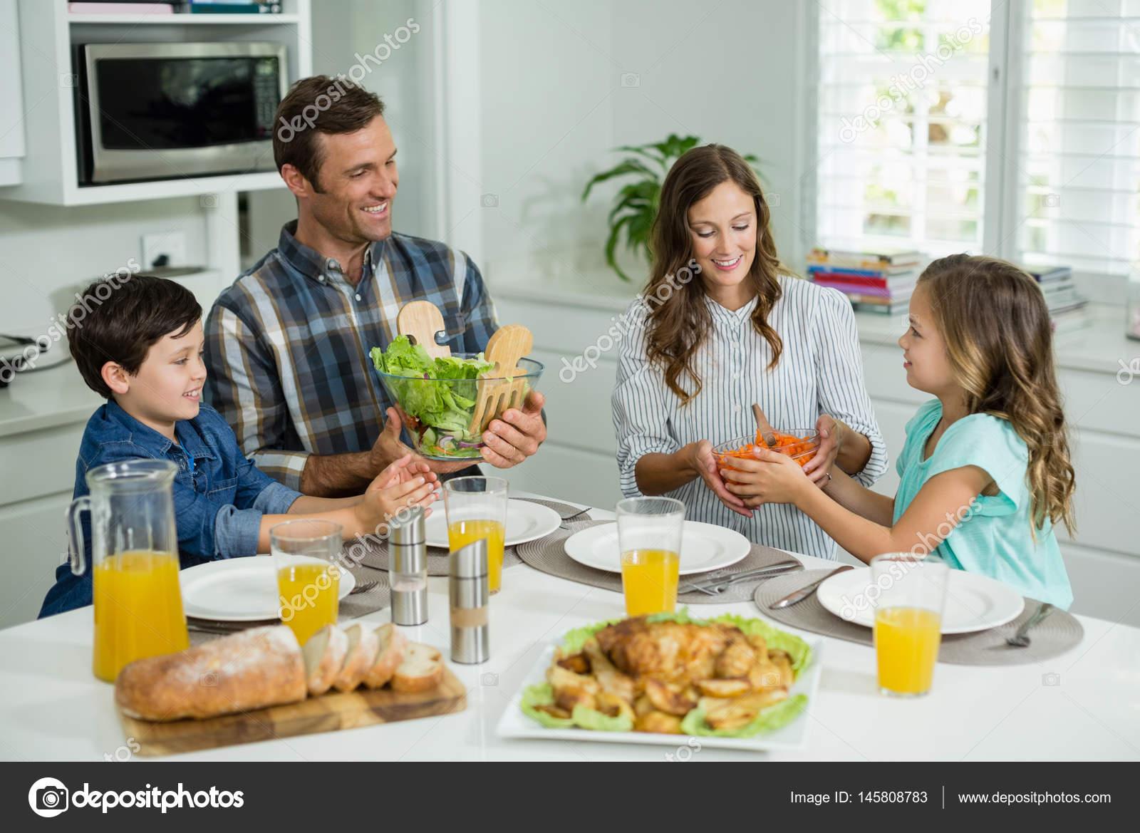 Fam lia almo ando juntos na mesa de jantar fotografias - El comedor de familia ...