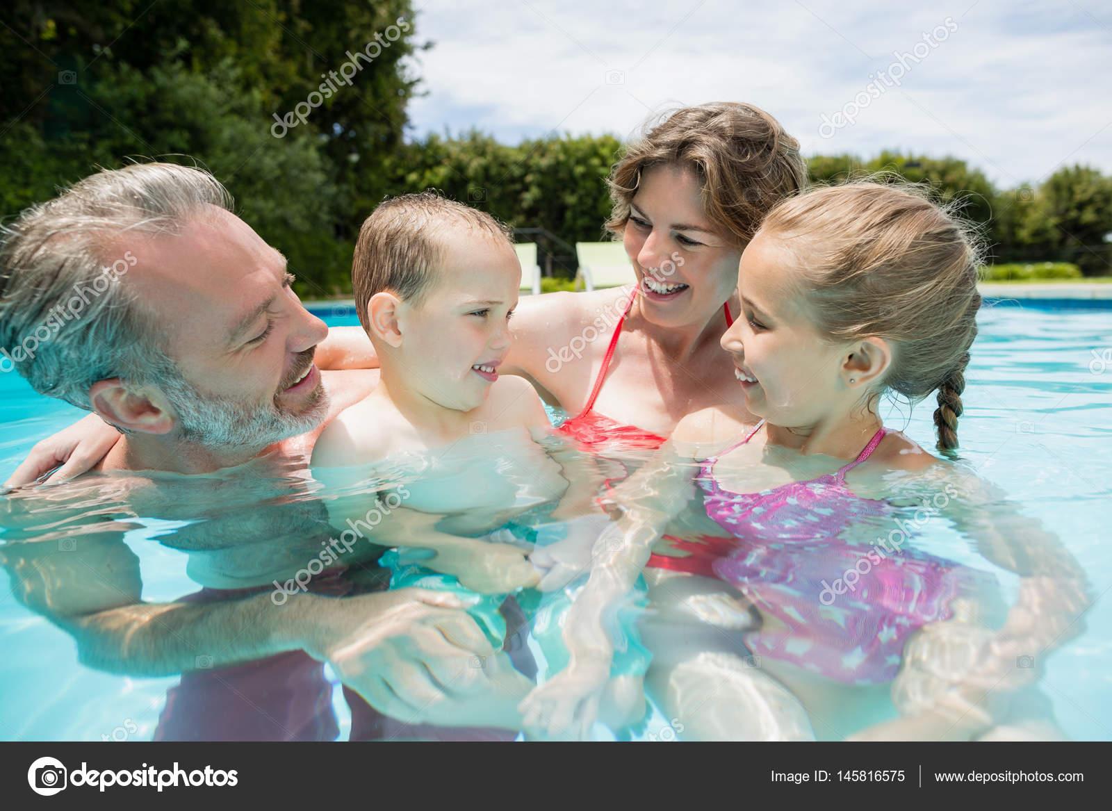Los padres y los ni os divirti ndose en la piscina foto for Fotos en la piscina