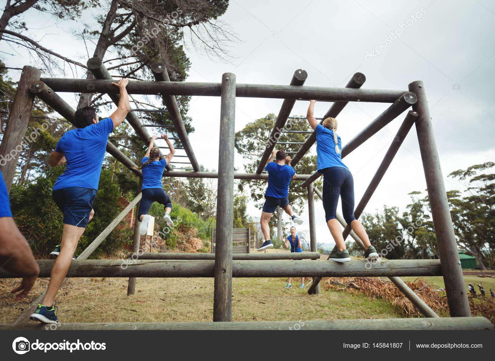 Klettergerüst Monkey Bar Gebraucht : Passen sie menschen klettern klettergerüst im bootcamp u stockfoto