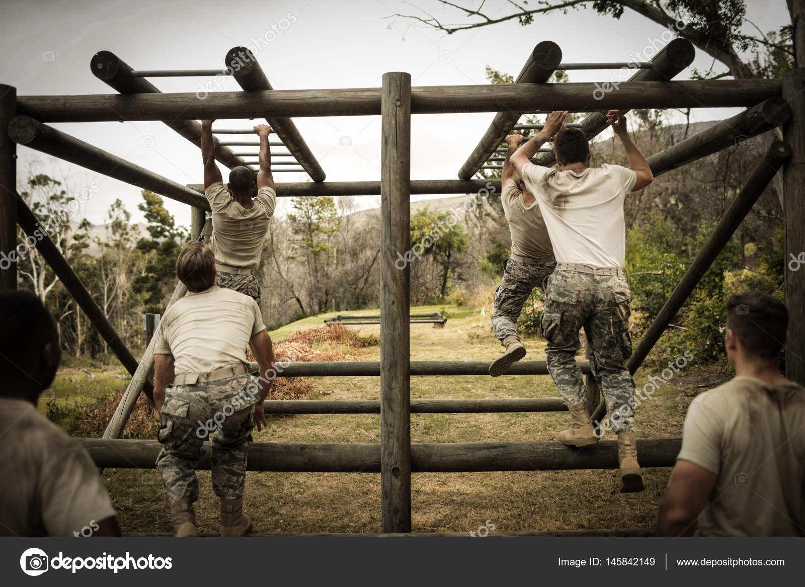 Little Monkey Klettergerüst : Soldaten klettern klettergerüst u stockfoto wavebreakmedia
