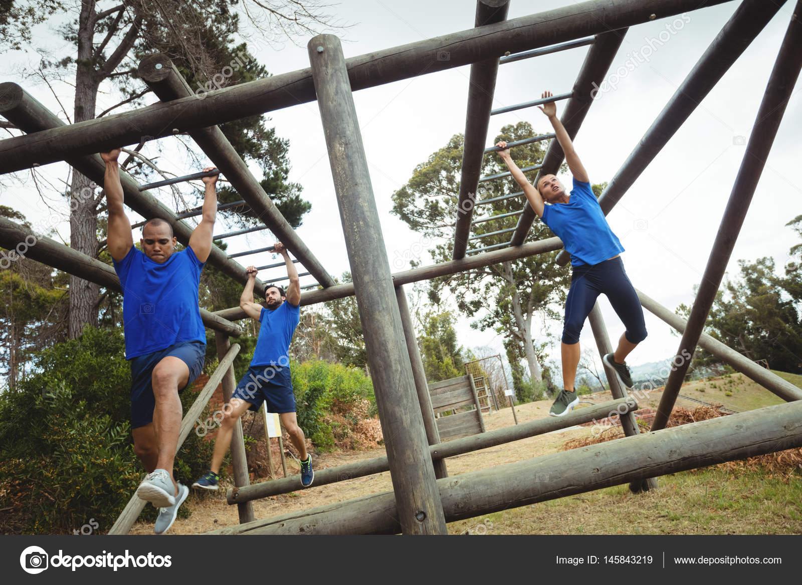 Klettergerüst Monkey Bar : Fit menschen klettern klettergerüst u stockfoto wavebreakmedia
