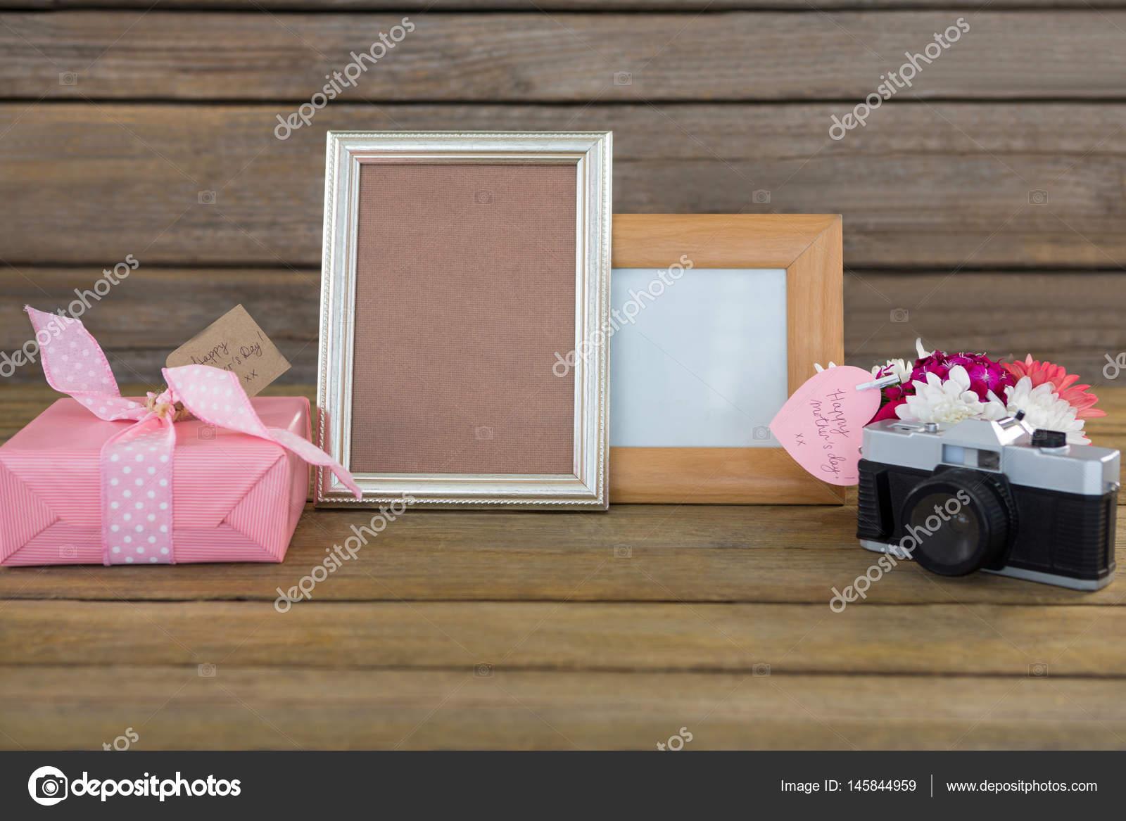 Geschenk-Box, Fotorahmen, Vintage-Kamera und Blumenvase — Stockfoto ...