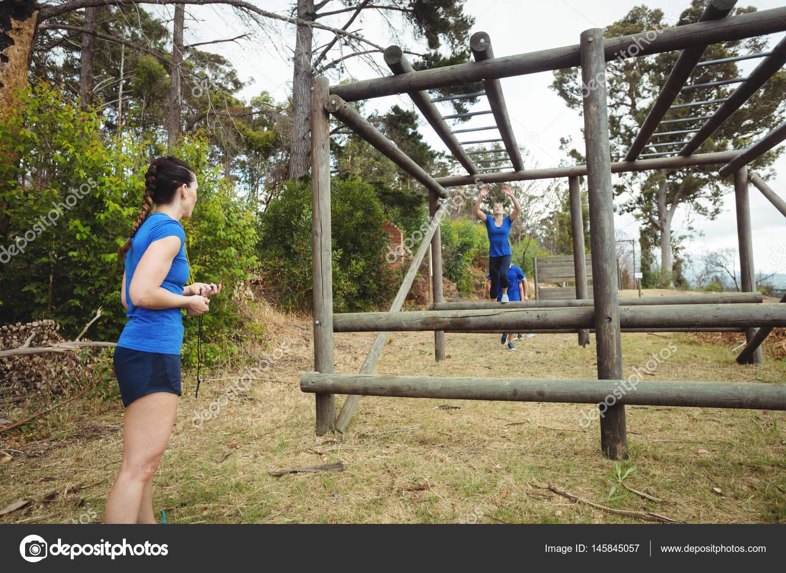Klettergerüst Reifen : Passen sie frau klettern klettergerüst u2014 stockfoto © wavebreakmedia