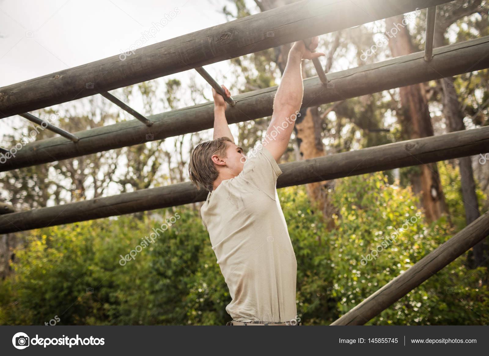 Little Monkey Klettergerüst : Soldat klettern klettergerüst u stockfoto wavebreakmedia