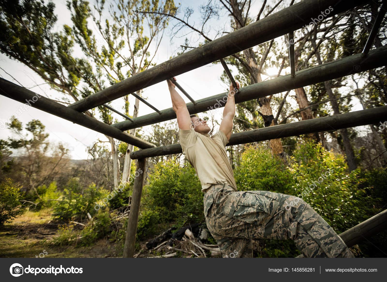 Klettergerüst Aus Reifen : Soldat klettern klettergerüst u stockfoto wavebreakmedia