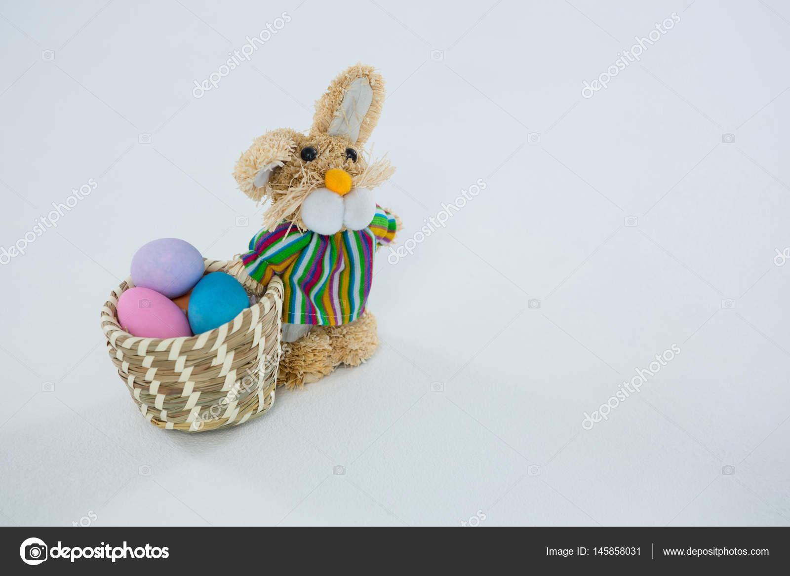 Mand Met Paaseieren En Speelgoed Paashaas Stockfoto