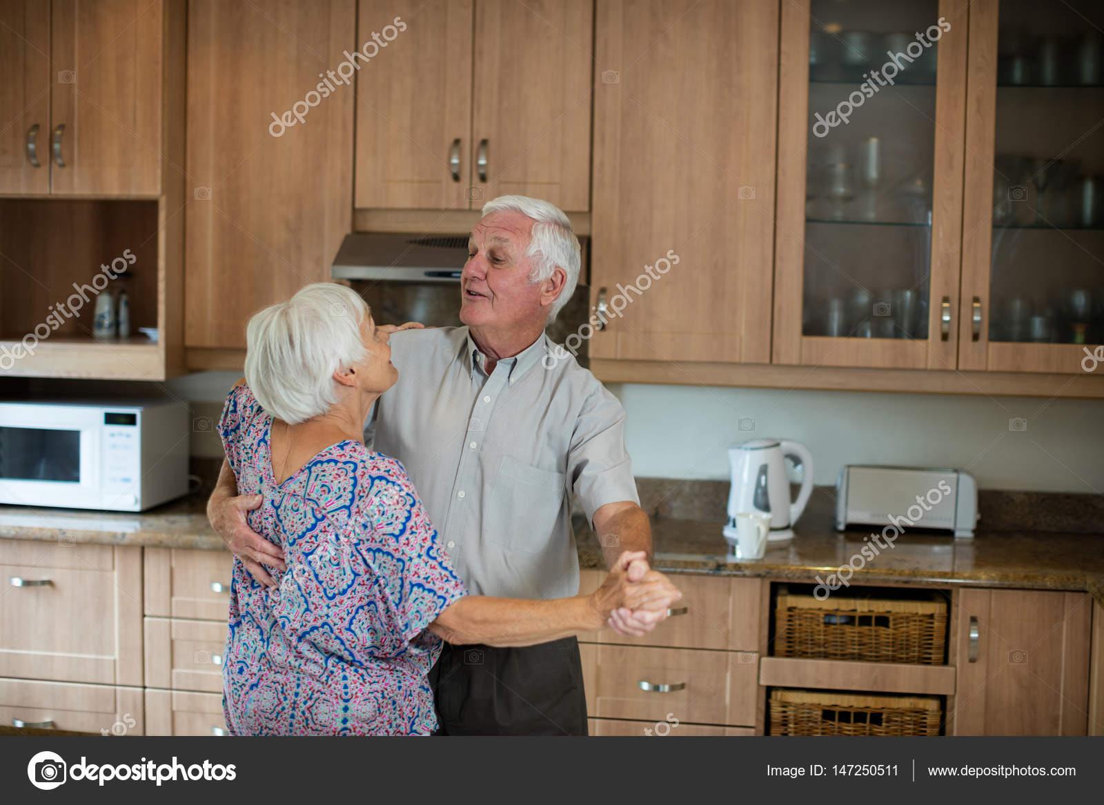 Älteres paar tanzen gemeinsam in Küche — Stockfoto © Wavebreakmedia ...