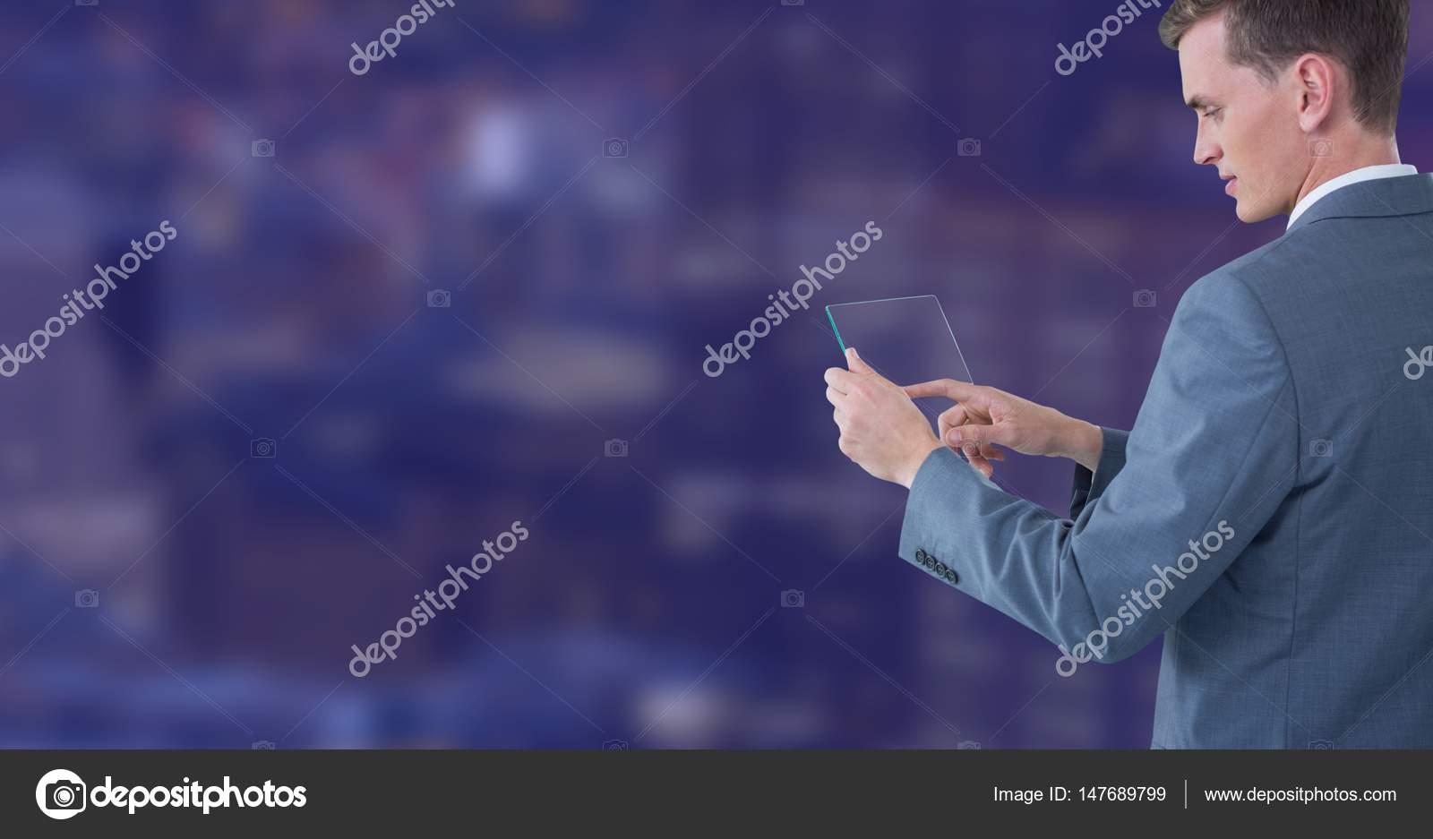 homme d affaires touchant la tablette de verre contre la ville de nuit photographie. Black Bedroom Furniture Sets. Home Design Ideas