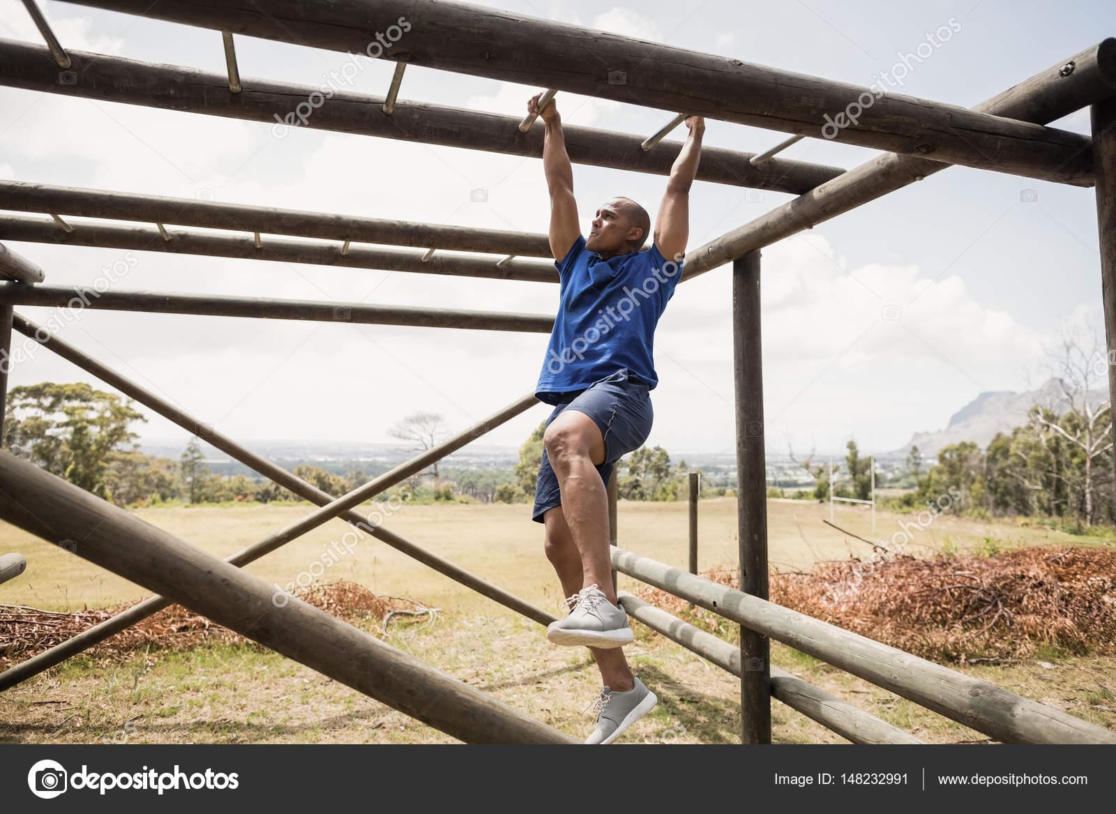 Klettergerüst Aus Reifen : Fit mann klettern klettergerüst u stockfoto wavebreakmedia