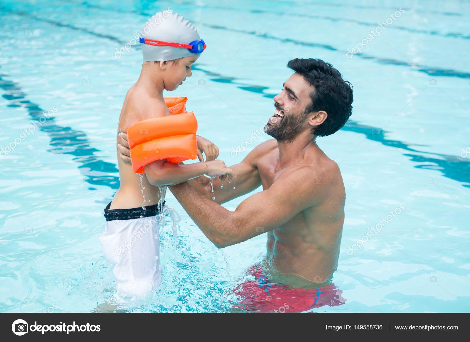 Отец и сын в бассейне
