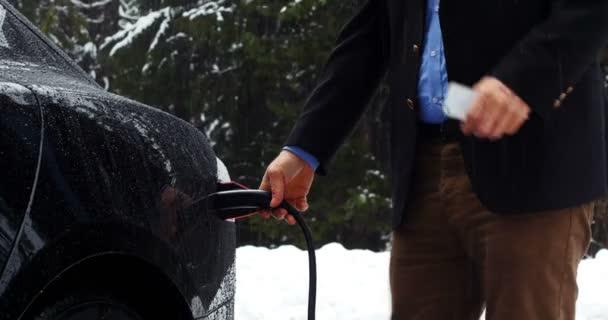 Man Met Behulp Van De Mobiele Telefoon En De Elektrische Auto