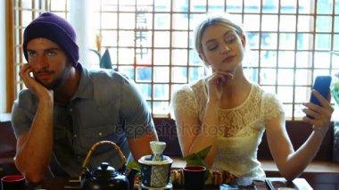 Risultati immagini per coppia al ristorante annoiati