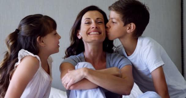 Kussen Voor Kinderen : Kinderen hun moeder op de wang kussen u stockvideo