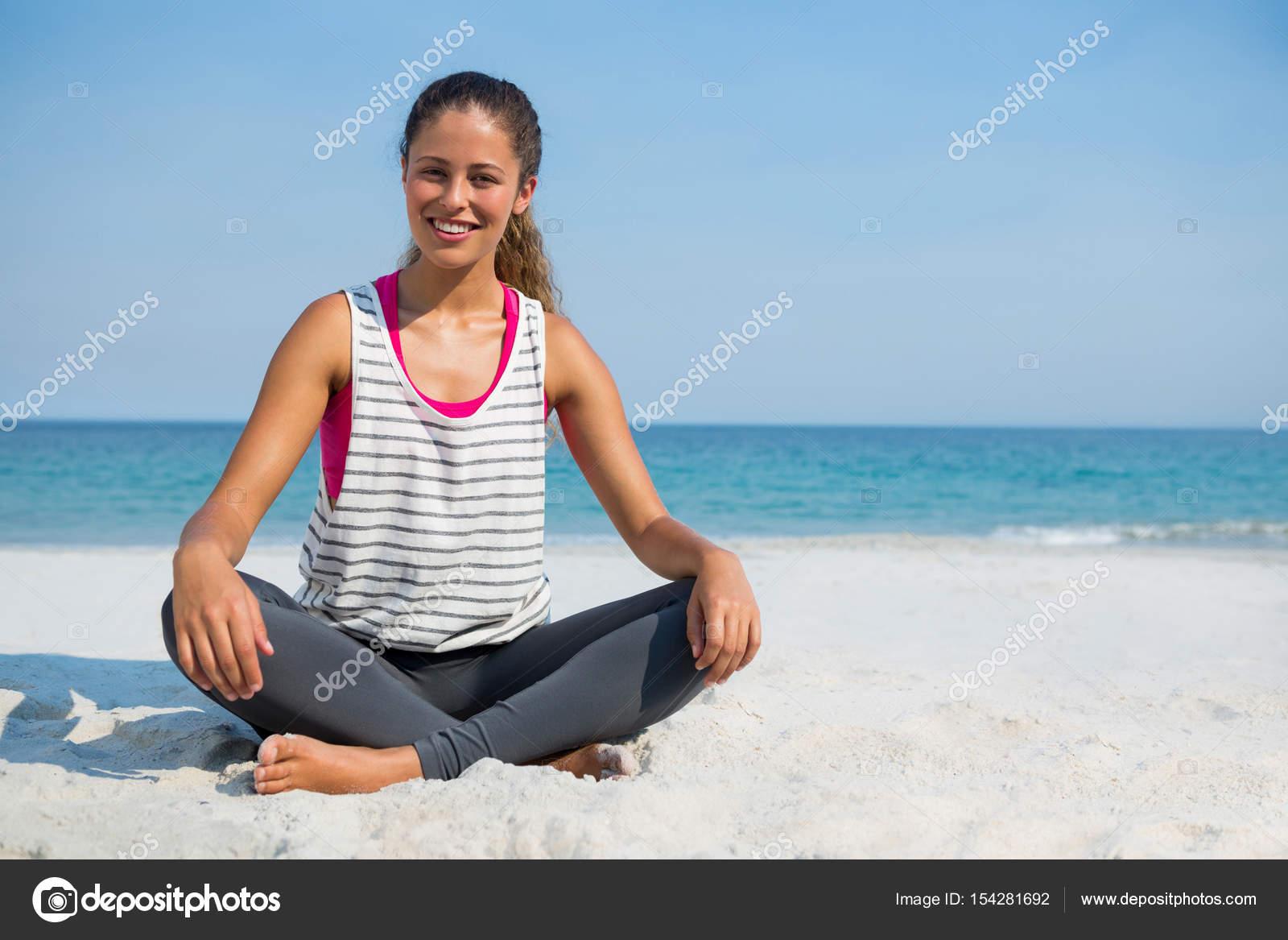 459801ee9eed joven mujer sentada sobre la arena en la playa — Fotos de Stock ...
