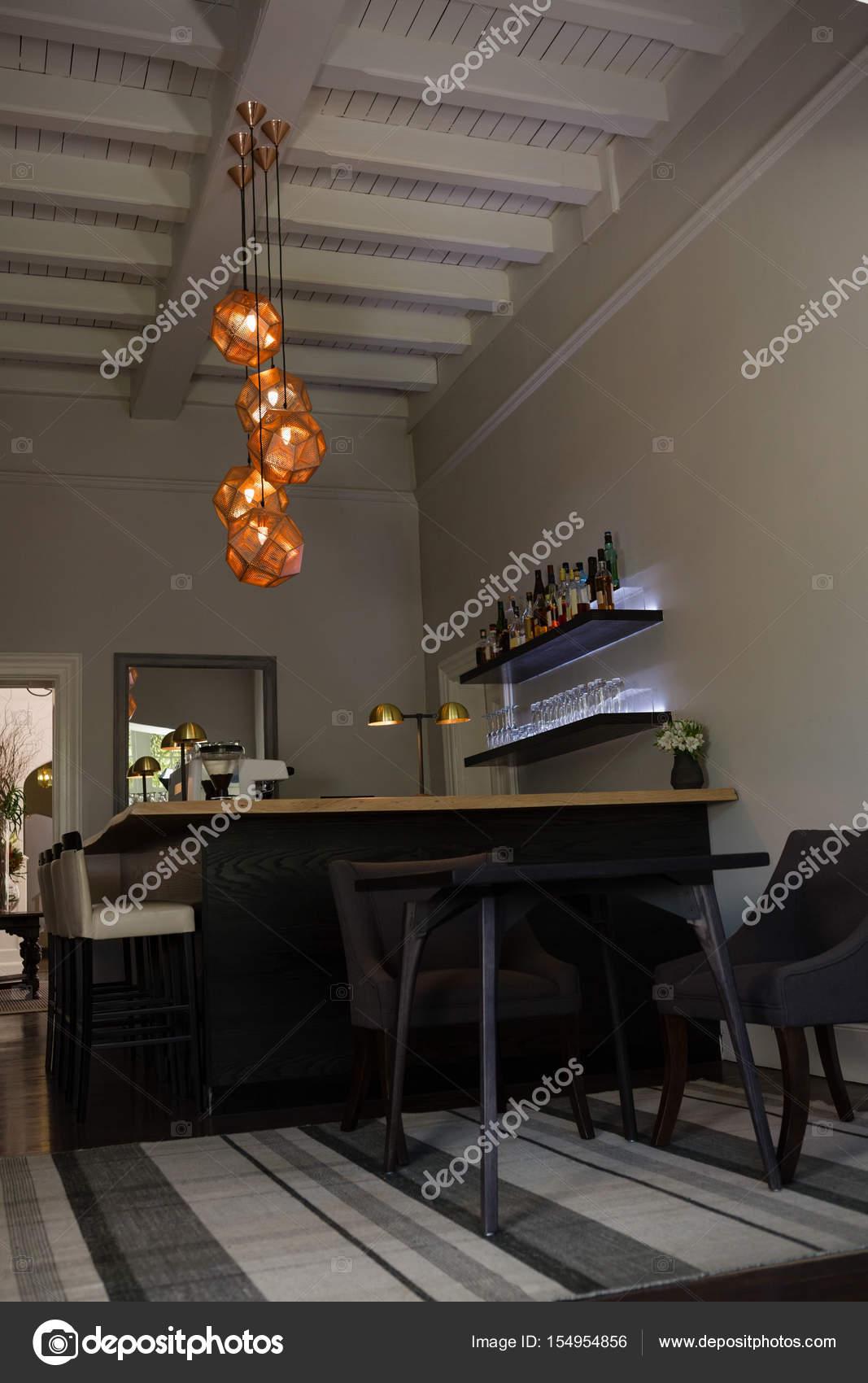 Decoratie van de verlichting boven de eettafel hangt — Stockfoto ...