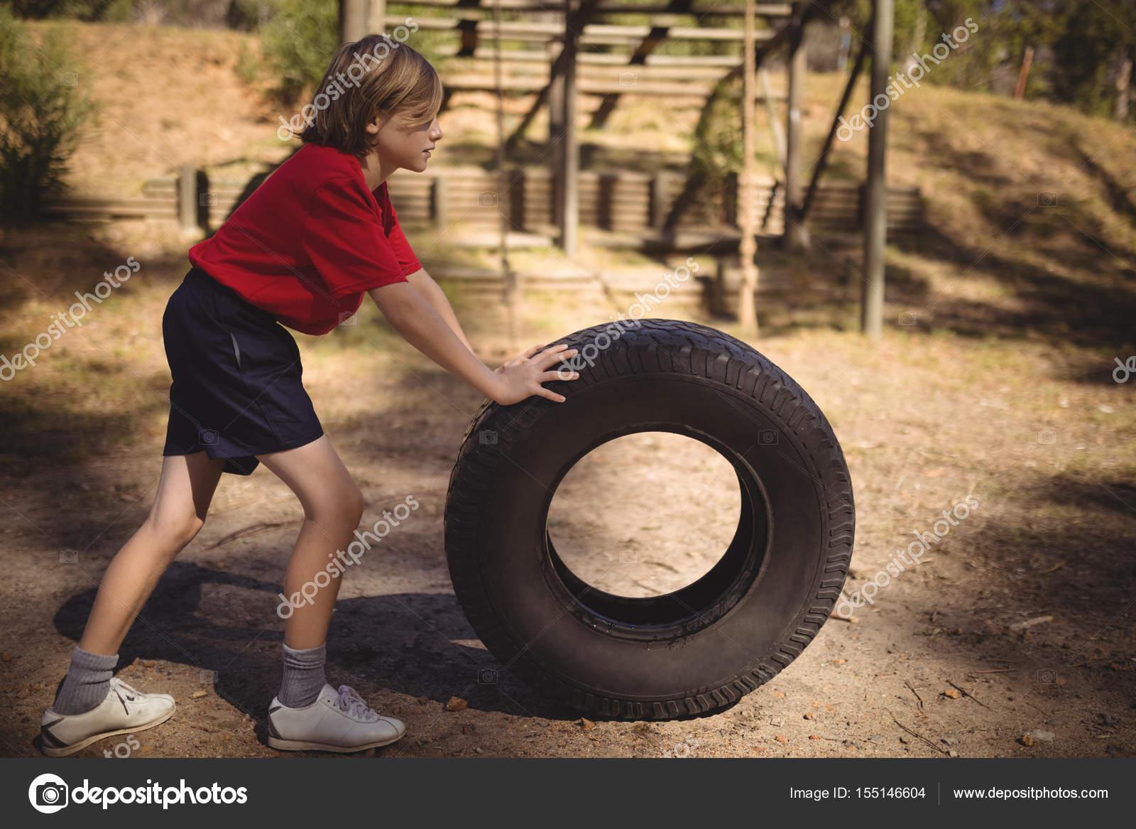 Klettergerüst Reifen : Entschlossene mädchen turnen mit großen reifen u2014 stockfoto