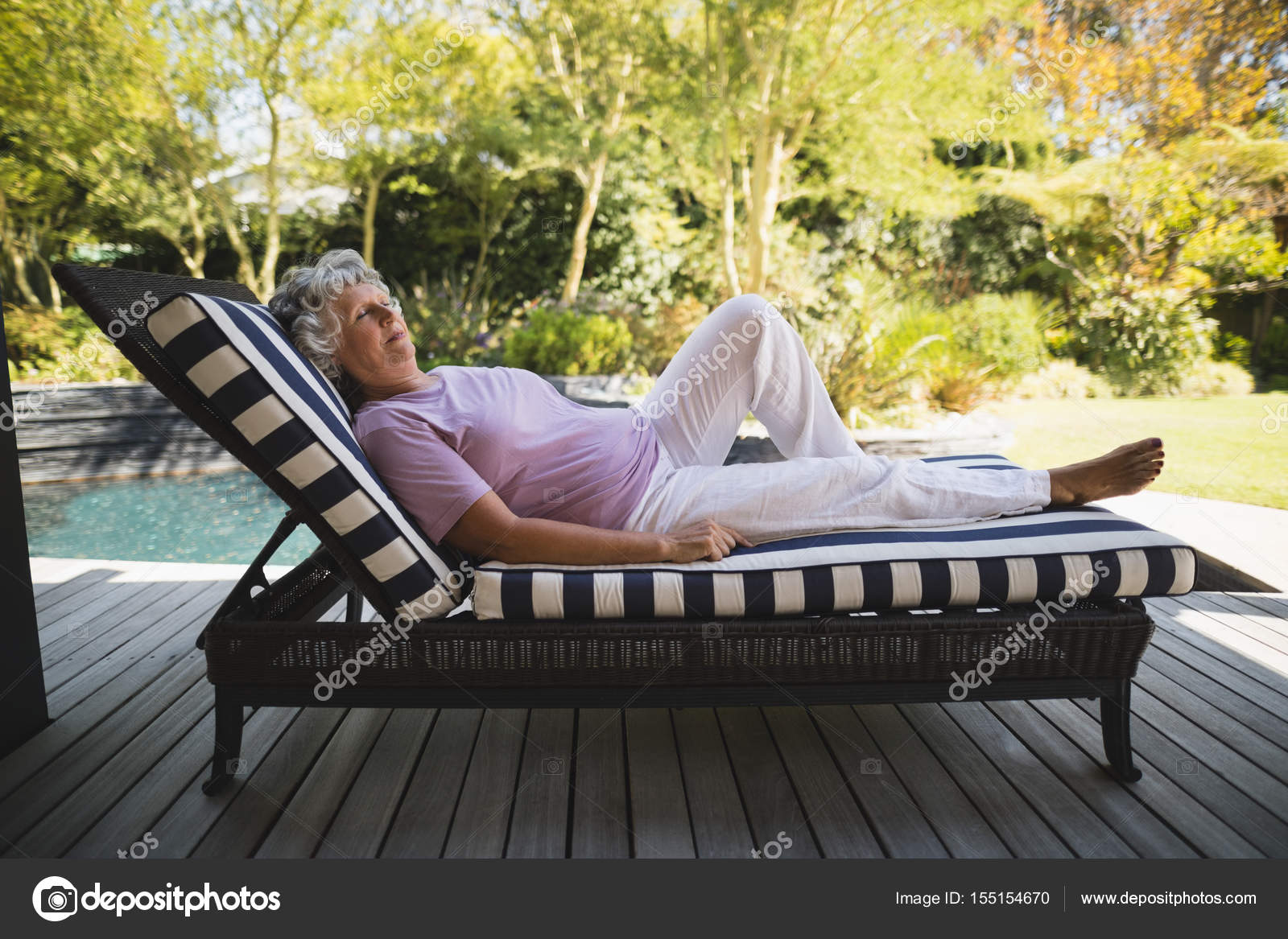 haute femme reposant sur la chaise longue — Photographie ... on chaise recliner chair, chaise sofa sleeper, chaise furniture,