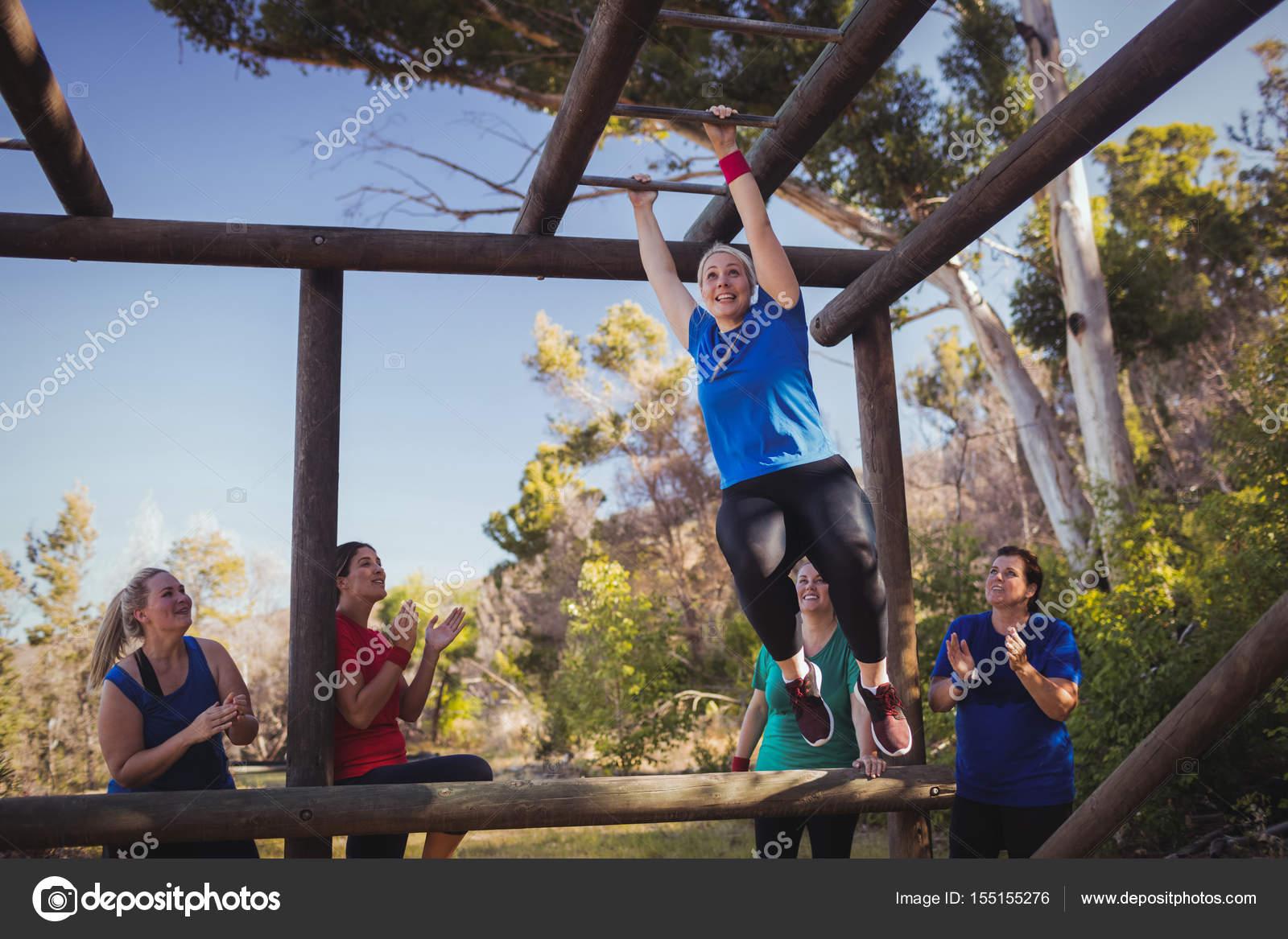 Klettergerüst Boot : Fit mann klettern klettergerüst u stockfoto wavebreakmedia