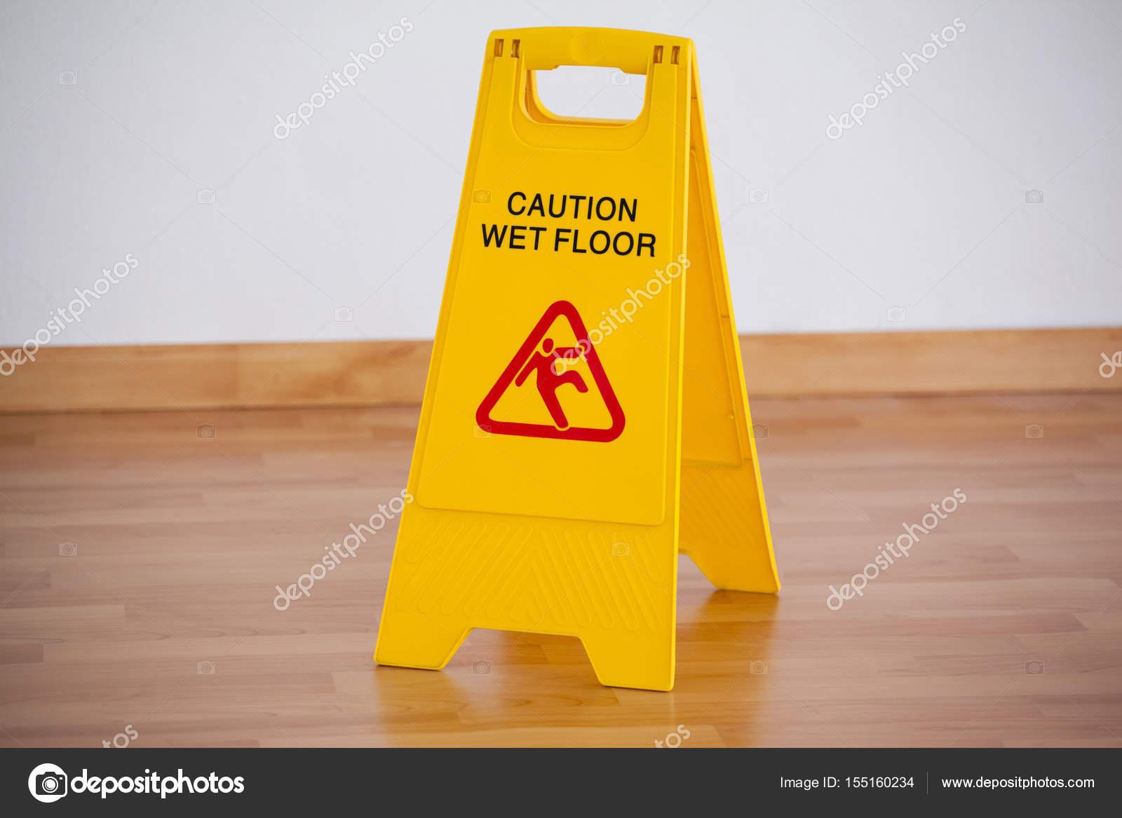 Segno di attenzione pavimento bagnato u foto stock
