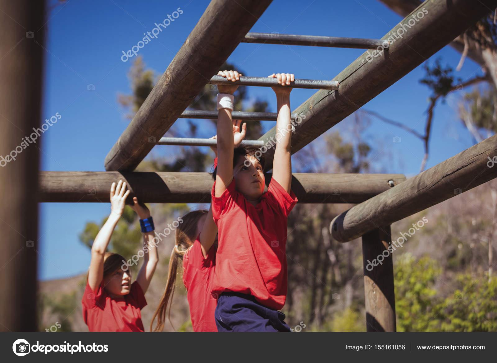 Klettergerüst Monkey Bar Gebraucht : Kinder klettern klettergerüst u stockfoto wavebreakmedia