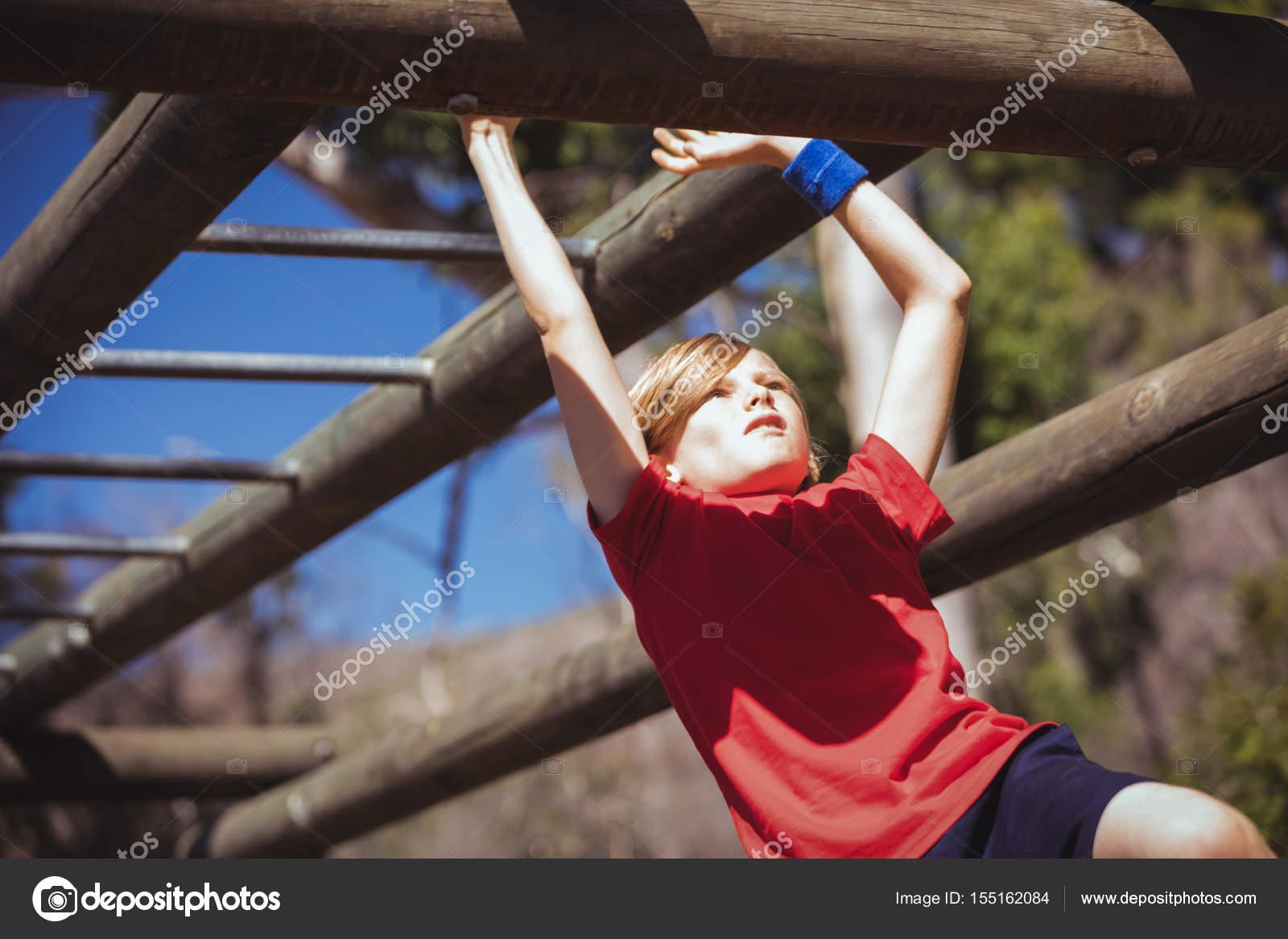 Klettergerüst Monkey Bar Gebraucht : Mädchen klettern klettergerüst u stockfoto wavebreakmedia