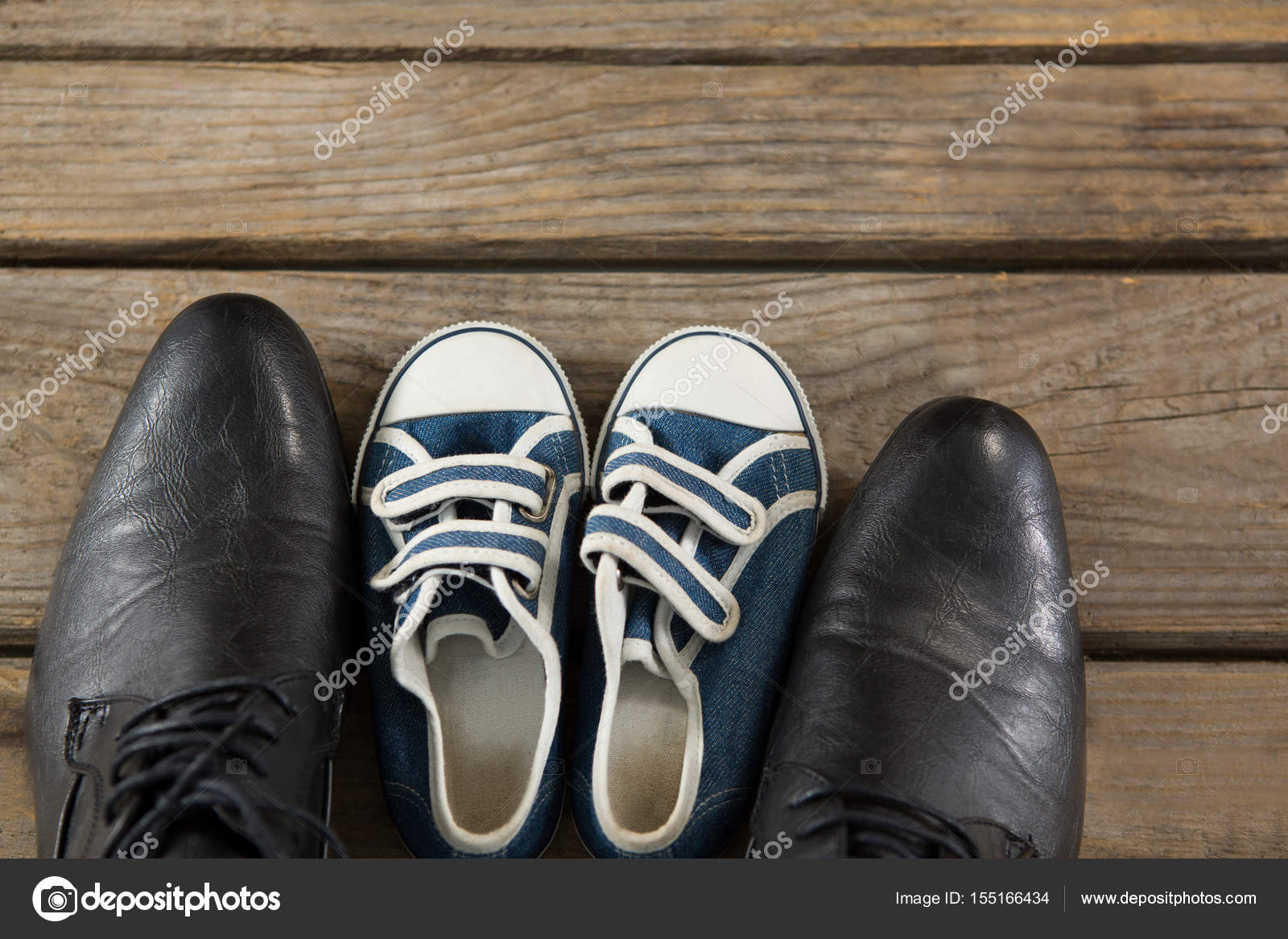 84391408ef4 αρσενικό παπούτσια και Παιδικά πάνινα παπούτσια — Φωτογραφία Αρχείου ...