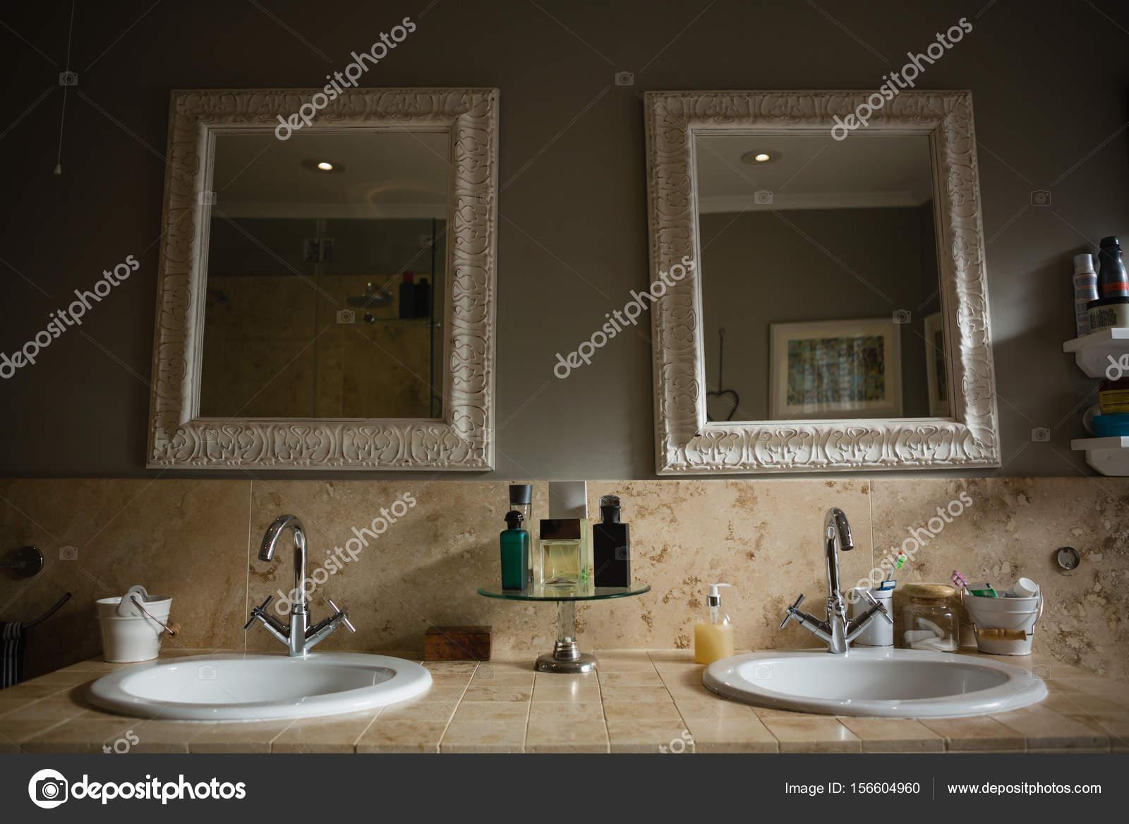 Opknoping op de muur door wastafel in badkamer spiegels — Stockfoto ...