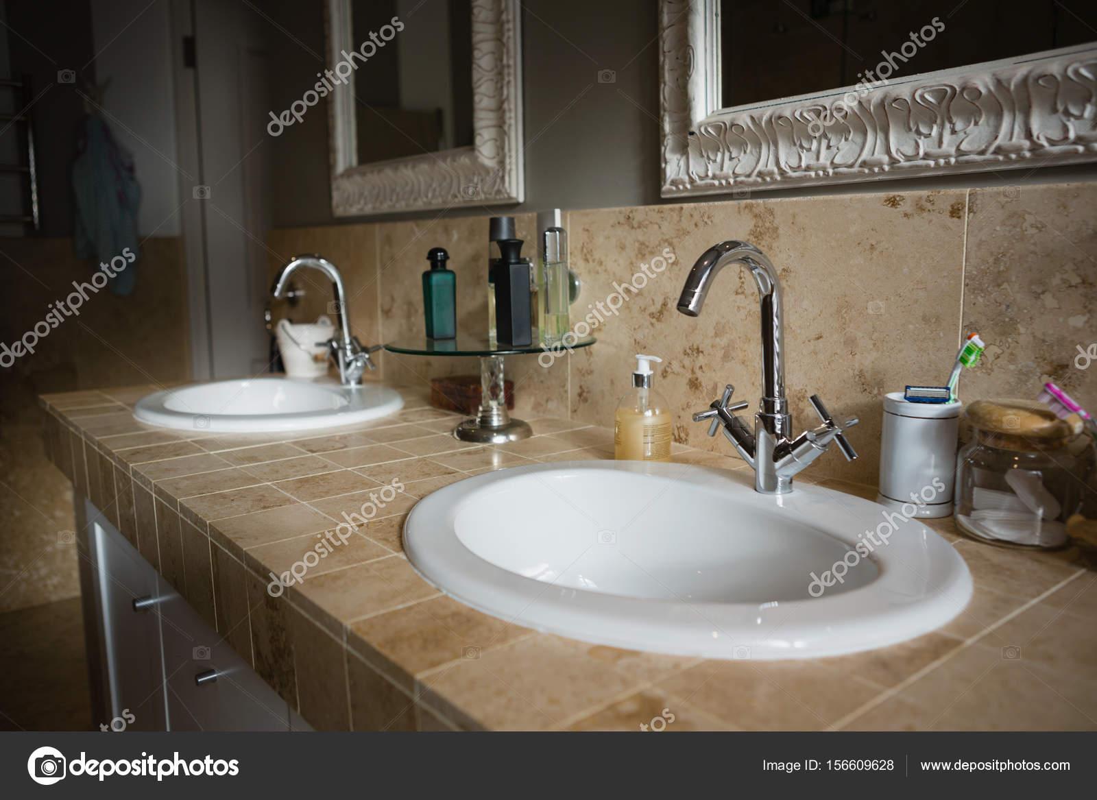 Kraan op wastafel in badkamer u stockfoto wavebreakmedia