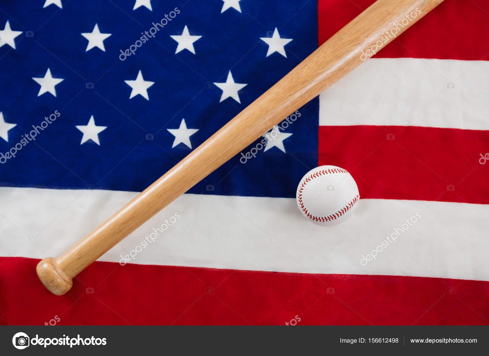 Baseball und Baseballschläger auf eine amerikanische Flagge ...