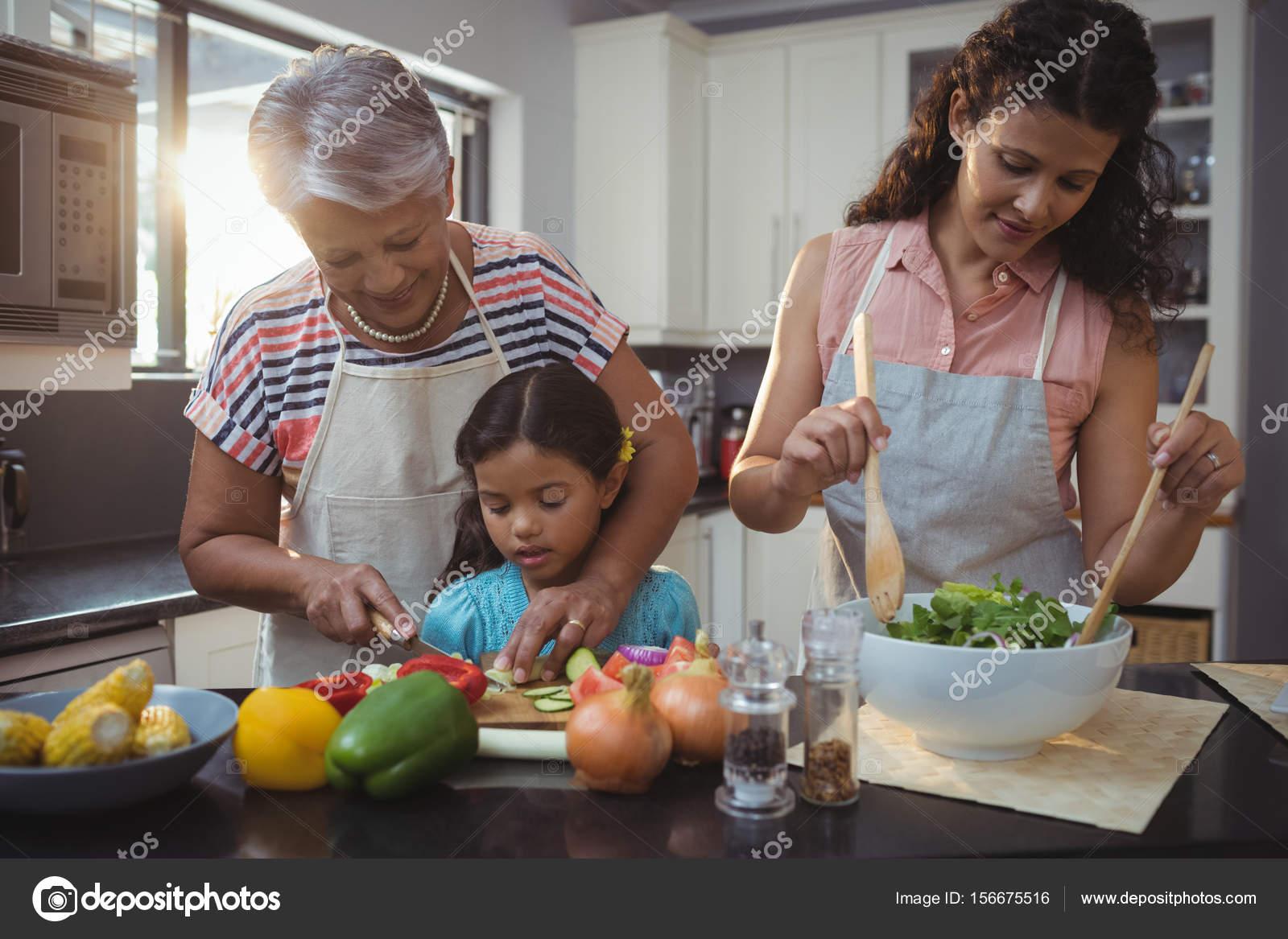 Großmutter Enkelin Gemüse Hacken Lehre — Stockfoto © Wavebreakmedia ...